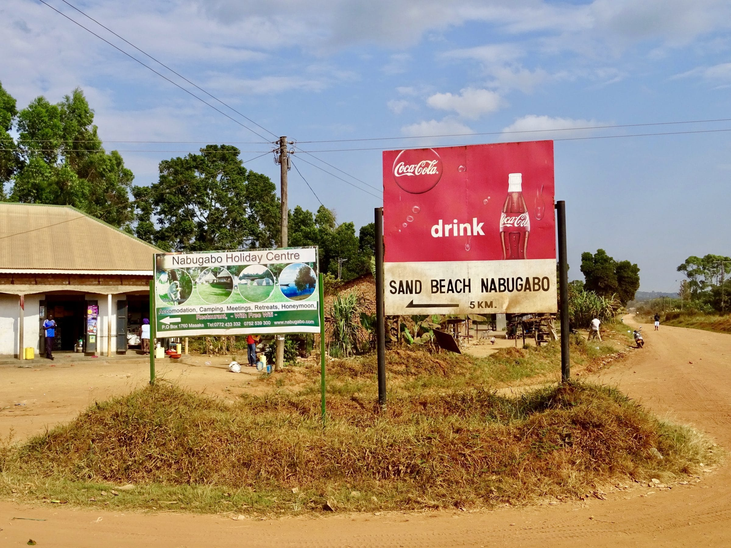 De afslag richting Sand Beach Nabugabo
