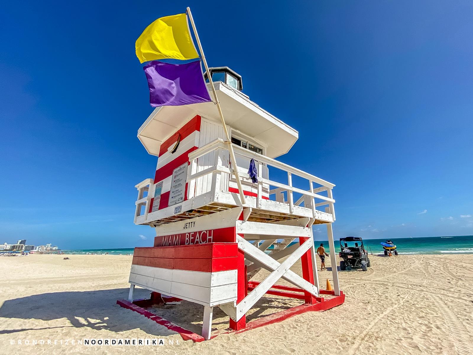 Gekleurde strandwachttoren op het strand van South Beach