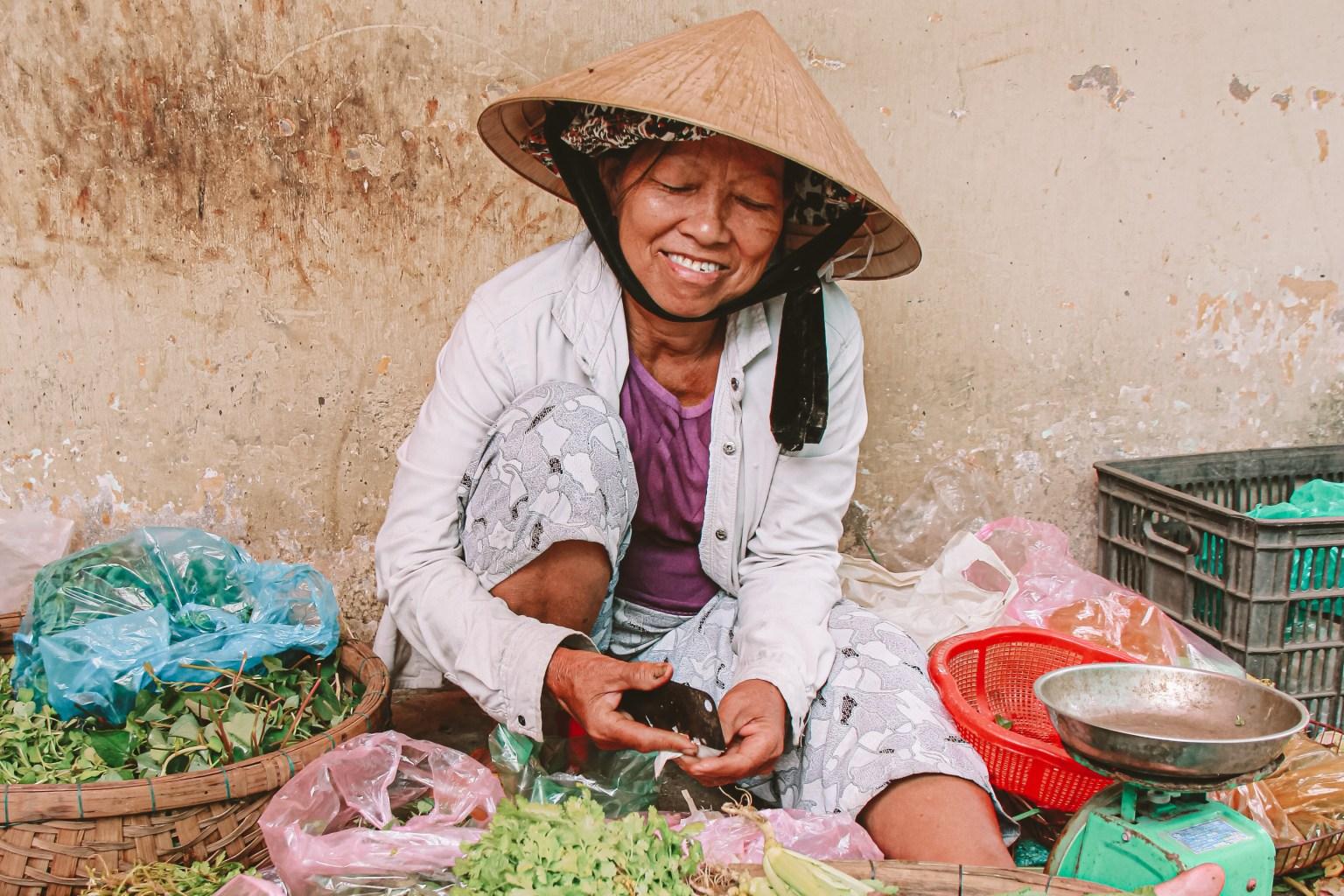 Vietnam in a nutshell. Een lokale vrouw op de markt in Hoi An