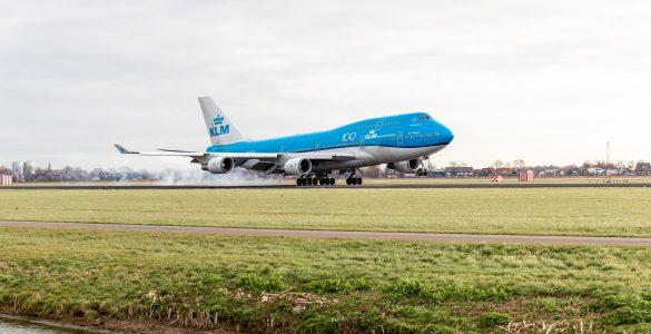Wereldreizigers die aankomen op Schiphol