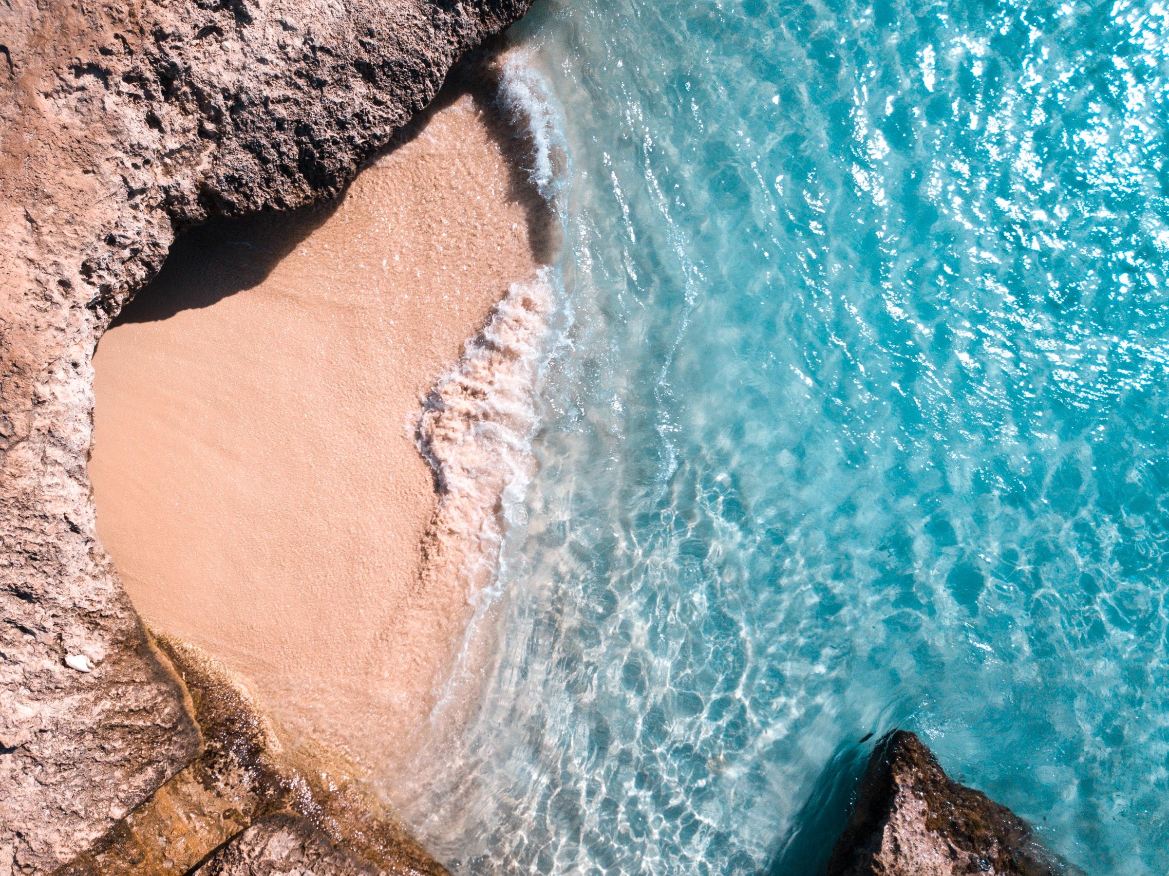 Een klein, verborgen strand op Aruba. Een heerlijke zonnige winterbestemming.