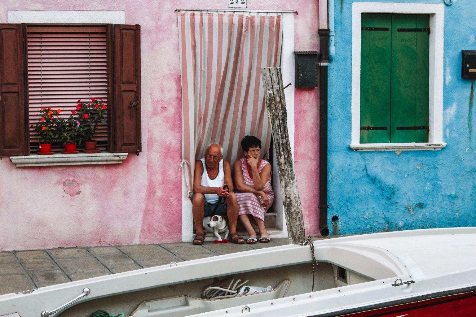 Locals die lekker kijken naar wat voorbij loopt | Burano, Venetië