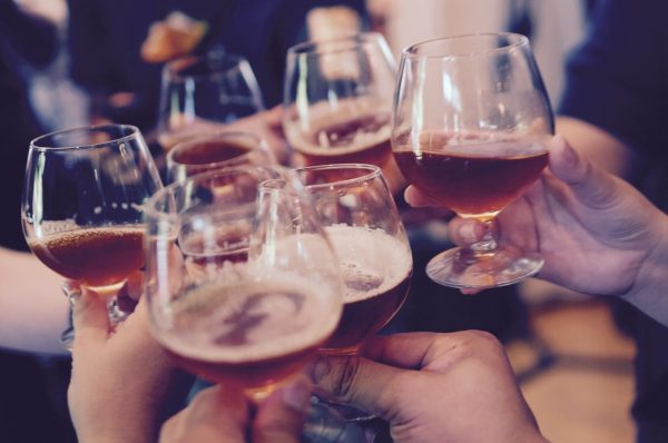 Sparen voor een wereldreis? Drink dan niet, drink minder of drink van tevoren ;)