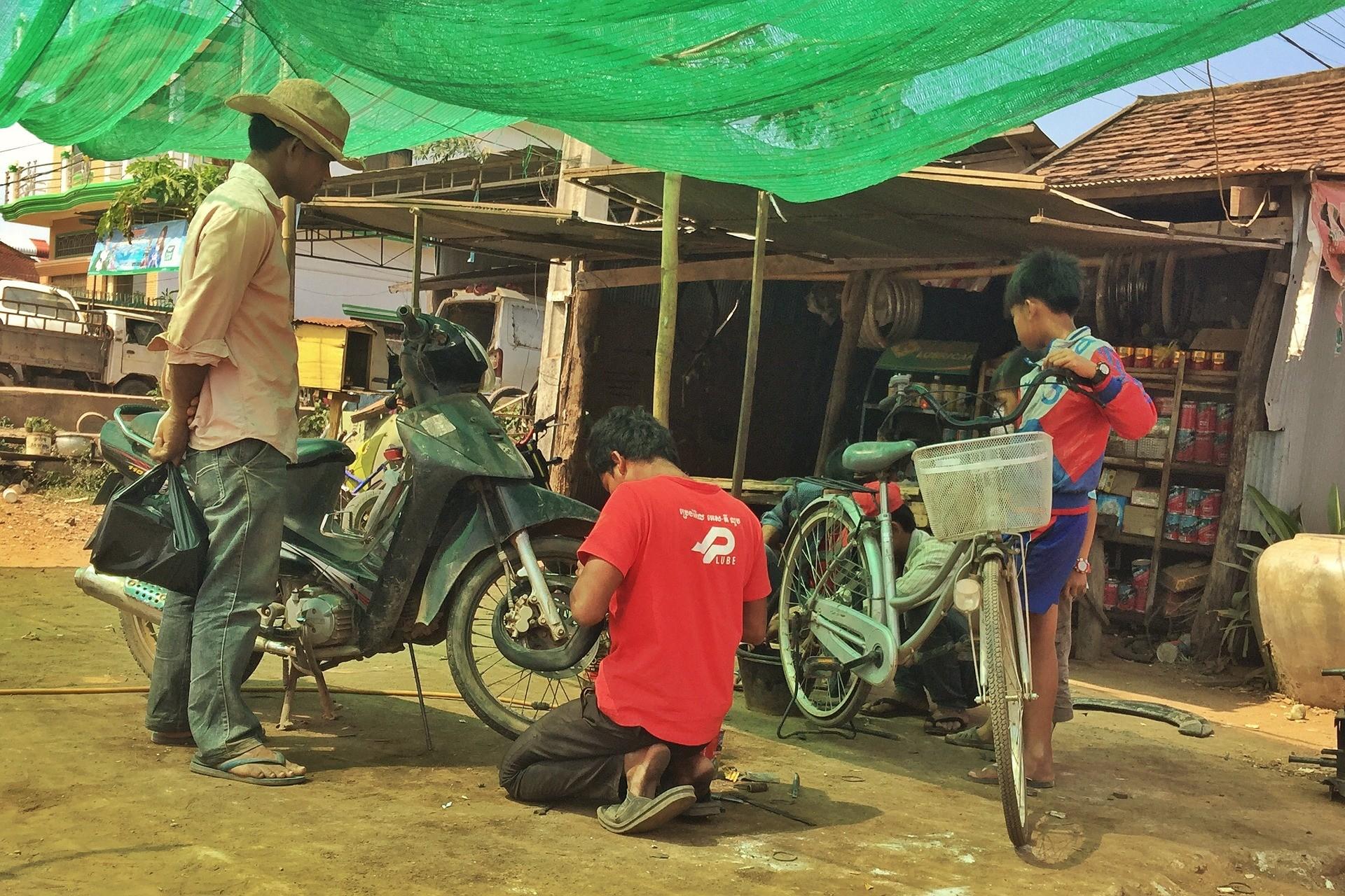 Een fietsenmaker in Kratie, Cambodja