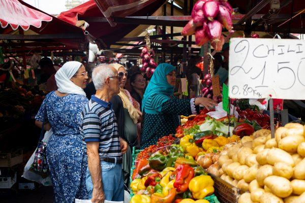 Bezoek een lokale markt. Proef, ruik en ervaar