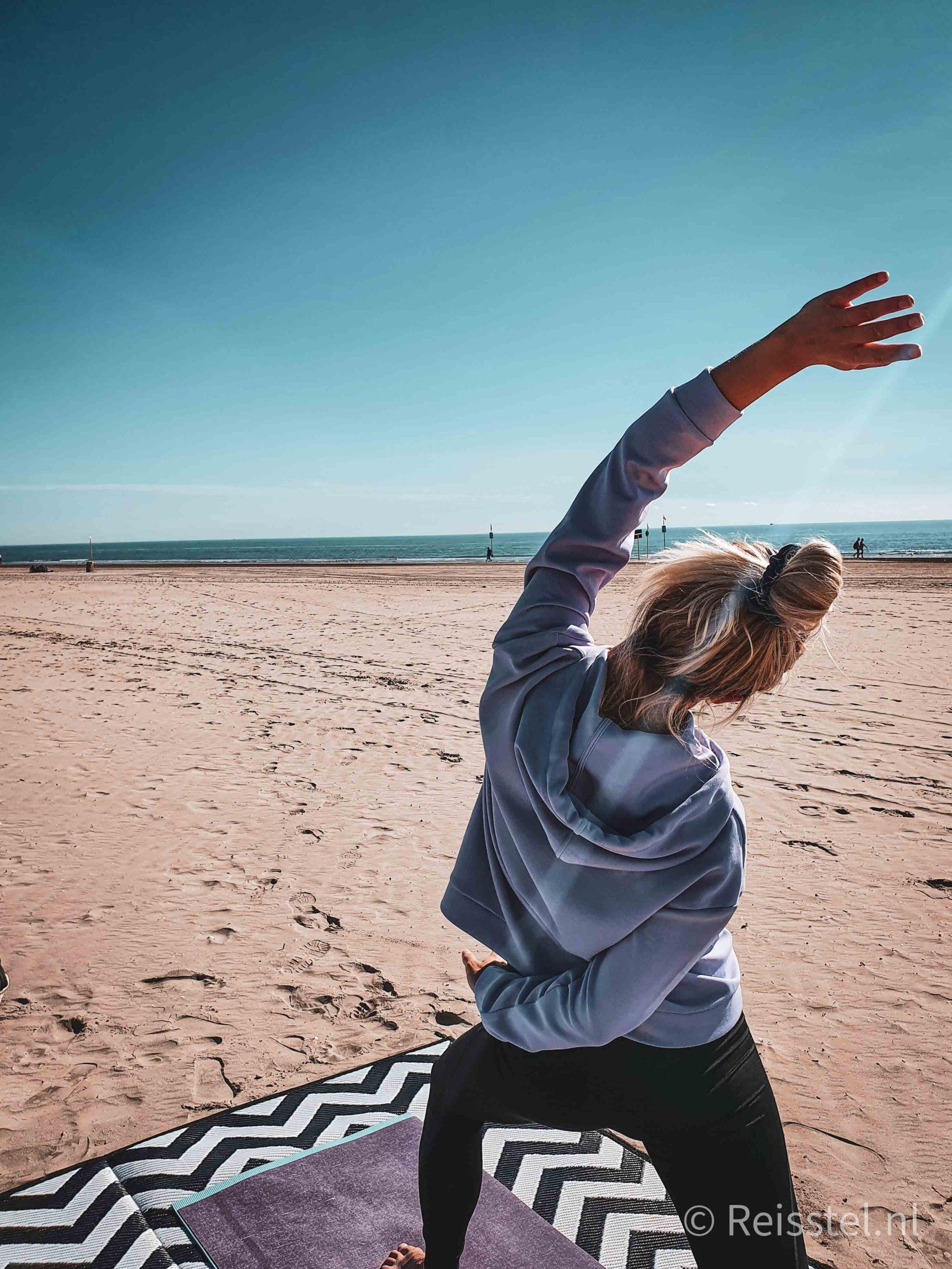 Reisstel.nl | 2 maanden in Italië | yoga op leeg strand