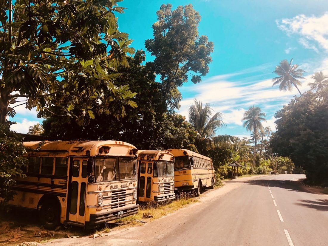 Oude schoolbussen op Tahiti, nabij de stad Papeete