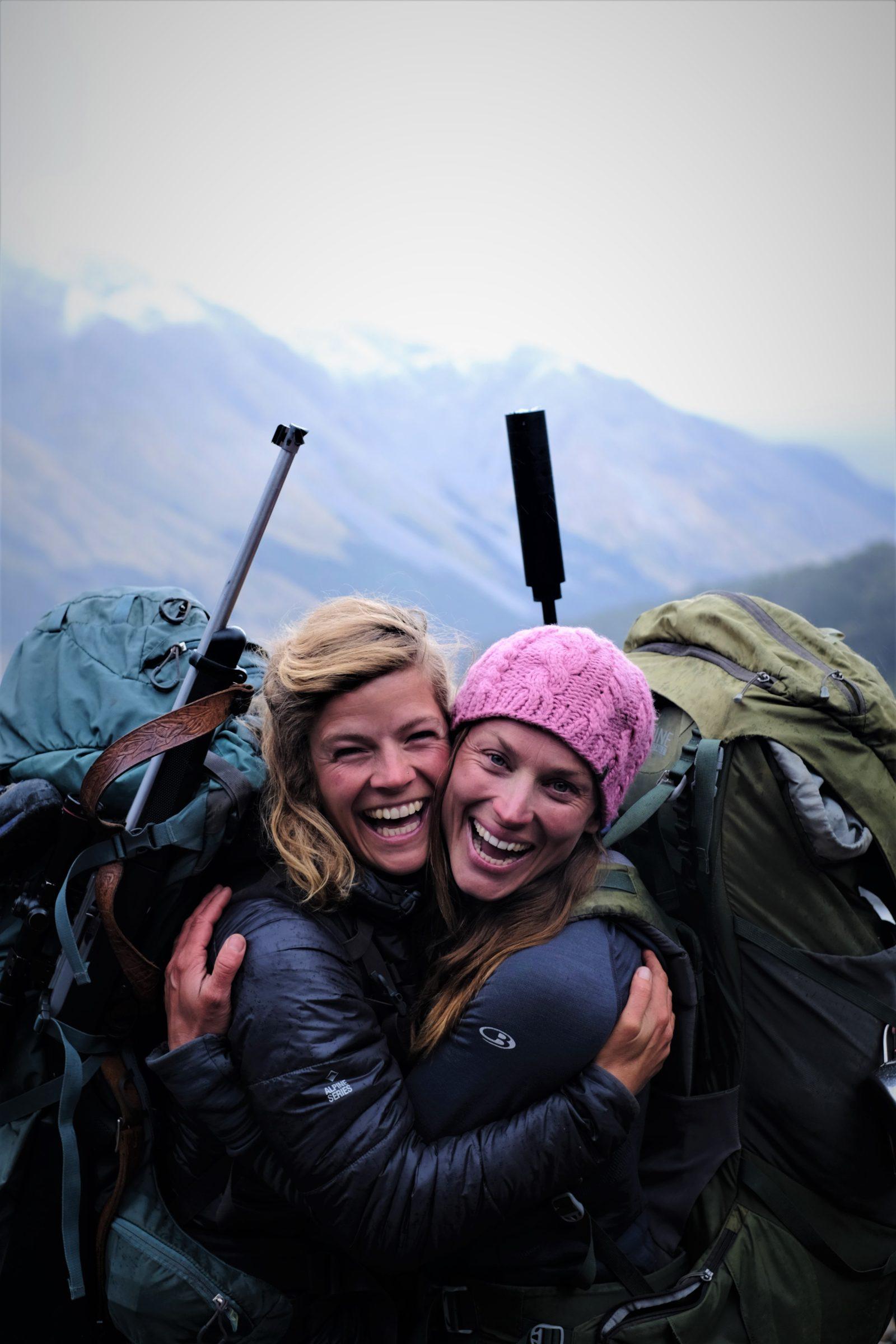 Tamar Valkenier (links) met Miriam Lancewood (rechts) tijdens hun extreme female expedition in Nieuw-Zeeland