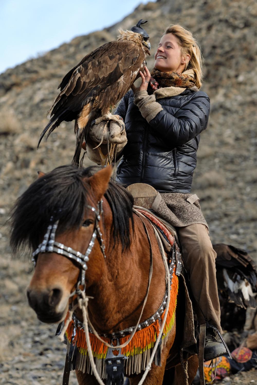 Tamar Valkenier met haar adelaar in Mongolië