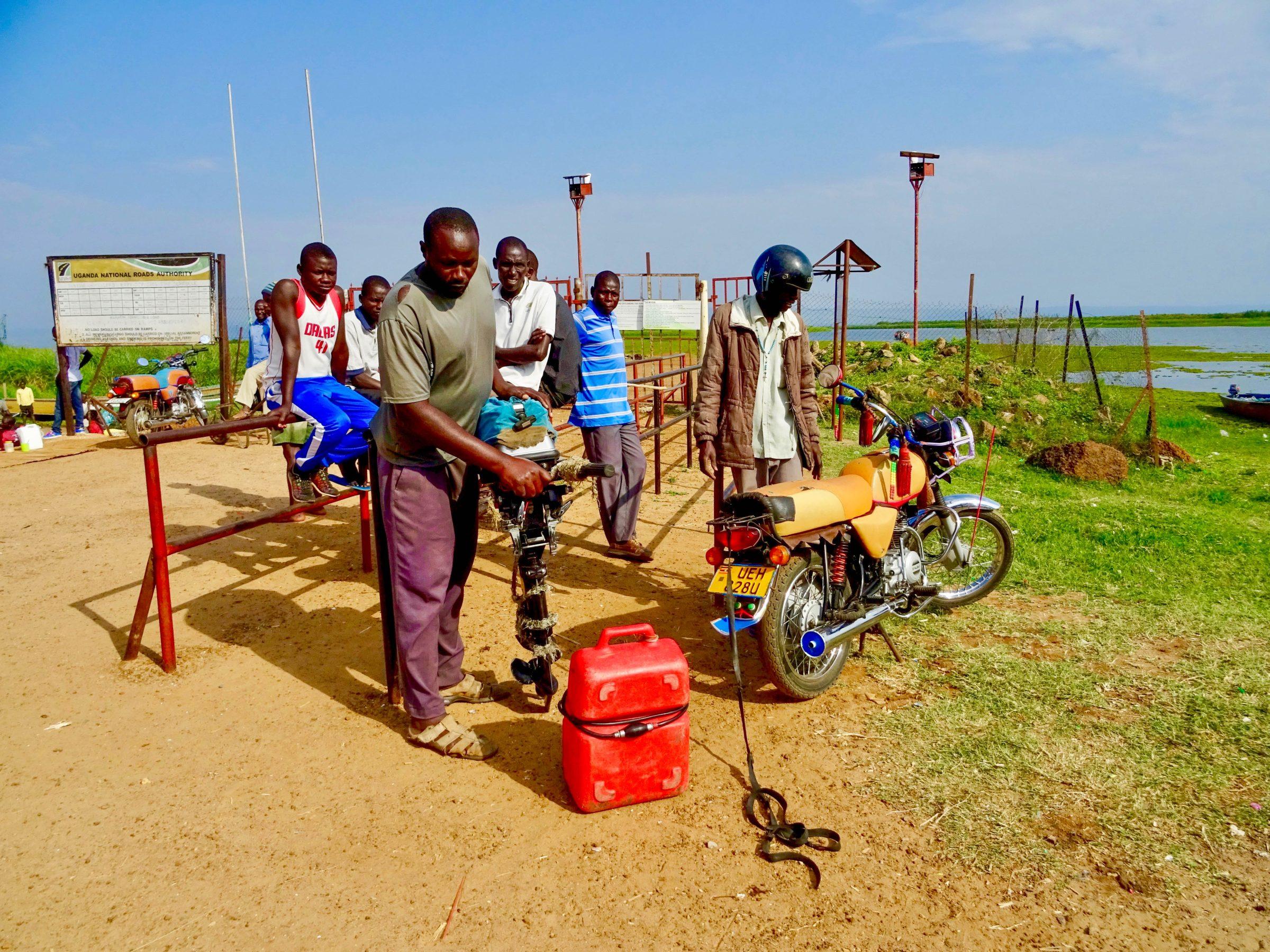 Brandstof in Wanseko voor de boottocht op Lake Albert