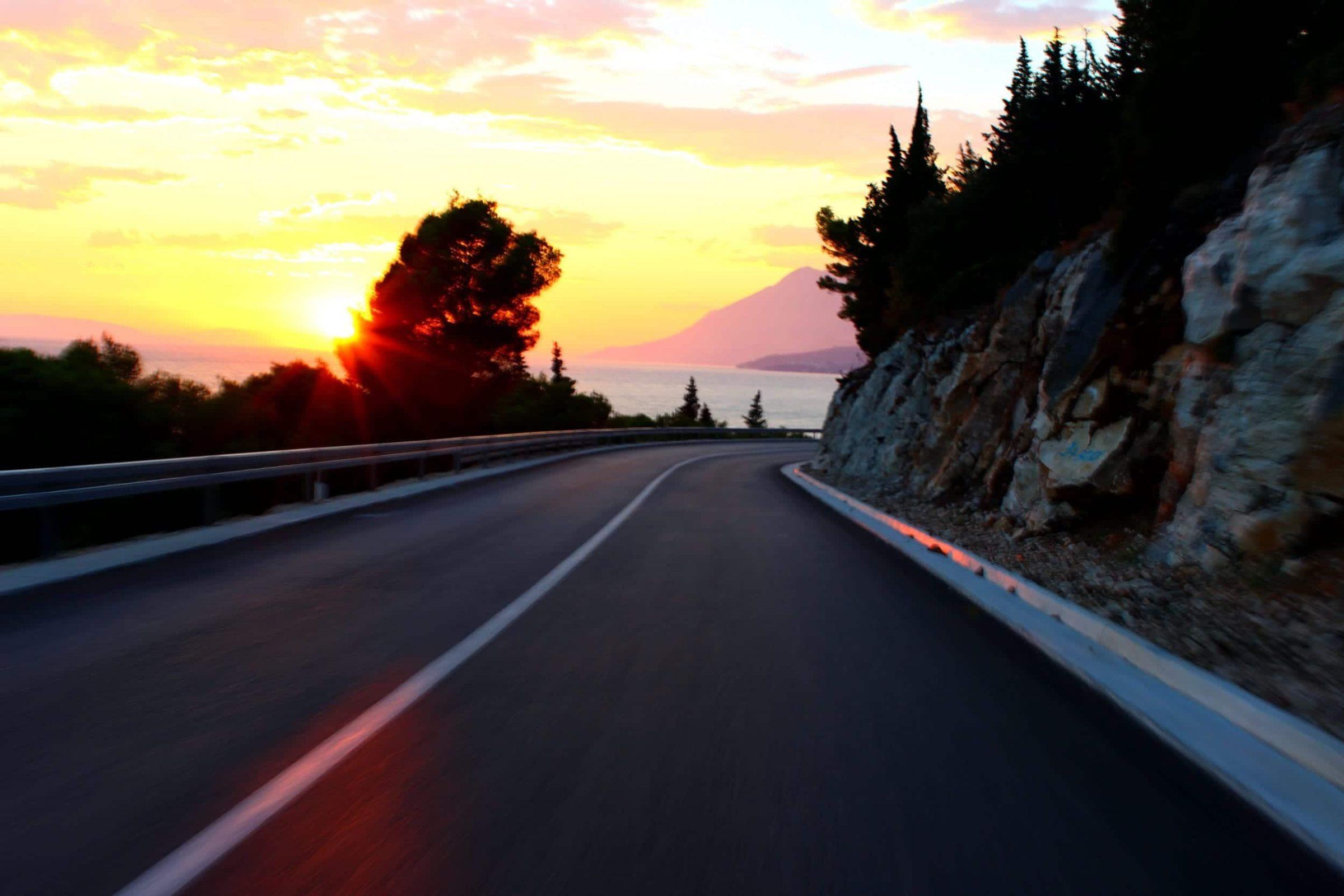 De prachtige D8 kustweg in Kroatië met zonsdondergang