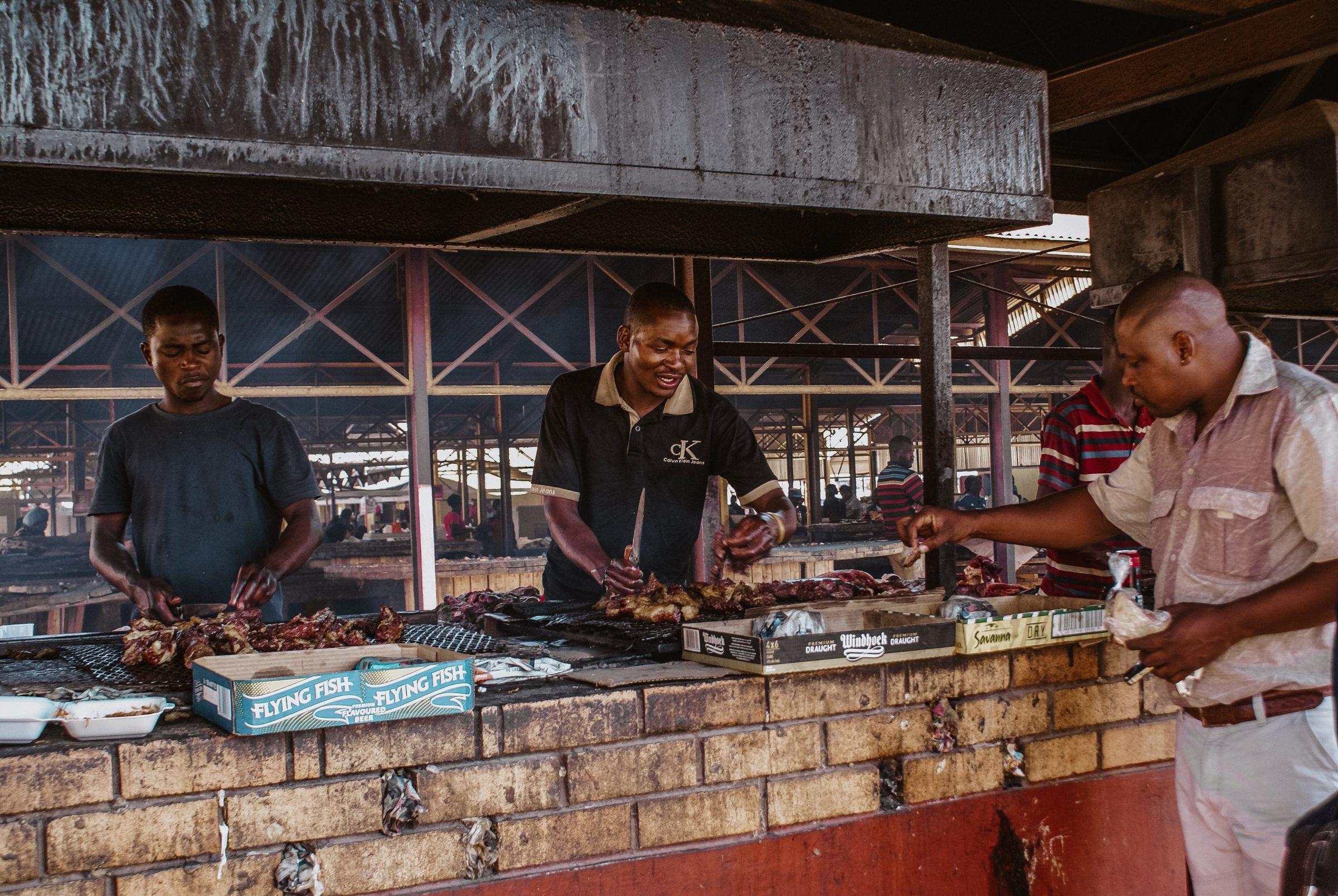 Verkoop van Kapana op een markt in Katatura