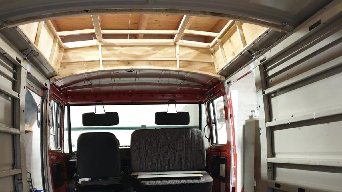 Dit houten geraamte is de basis van de verhoging van het dak.
