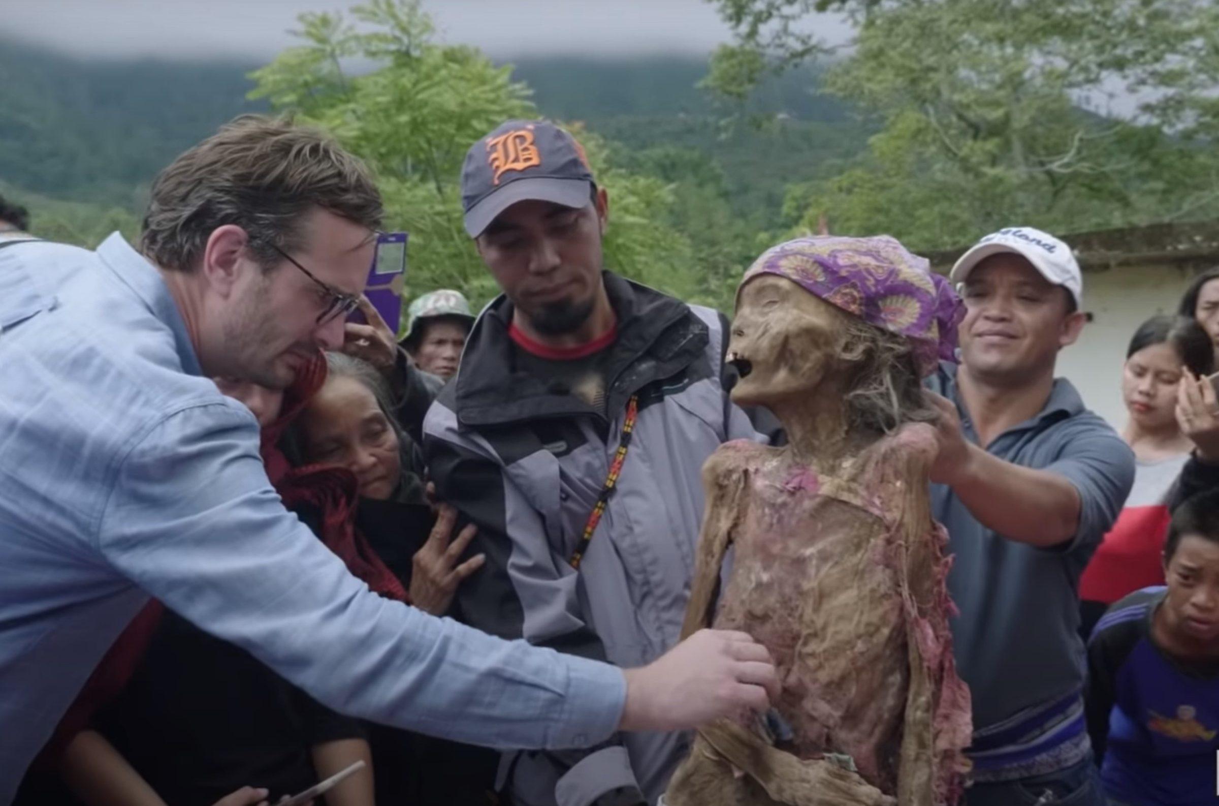 Snapshot uit Dark Tourist - Netflix