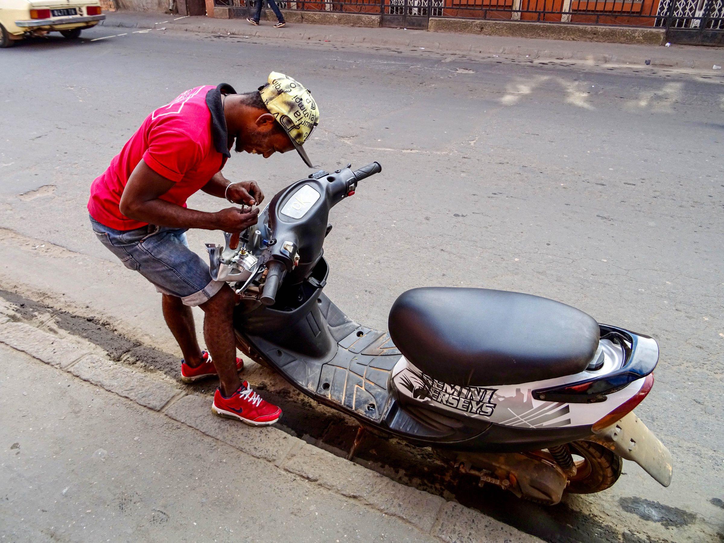 De Yamaha Jogpro wrdt rijklaar gemaakt in Tana