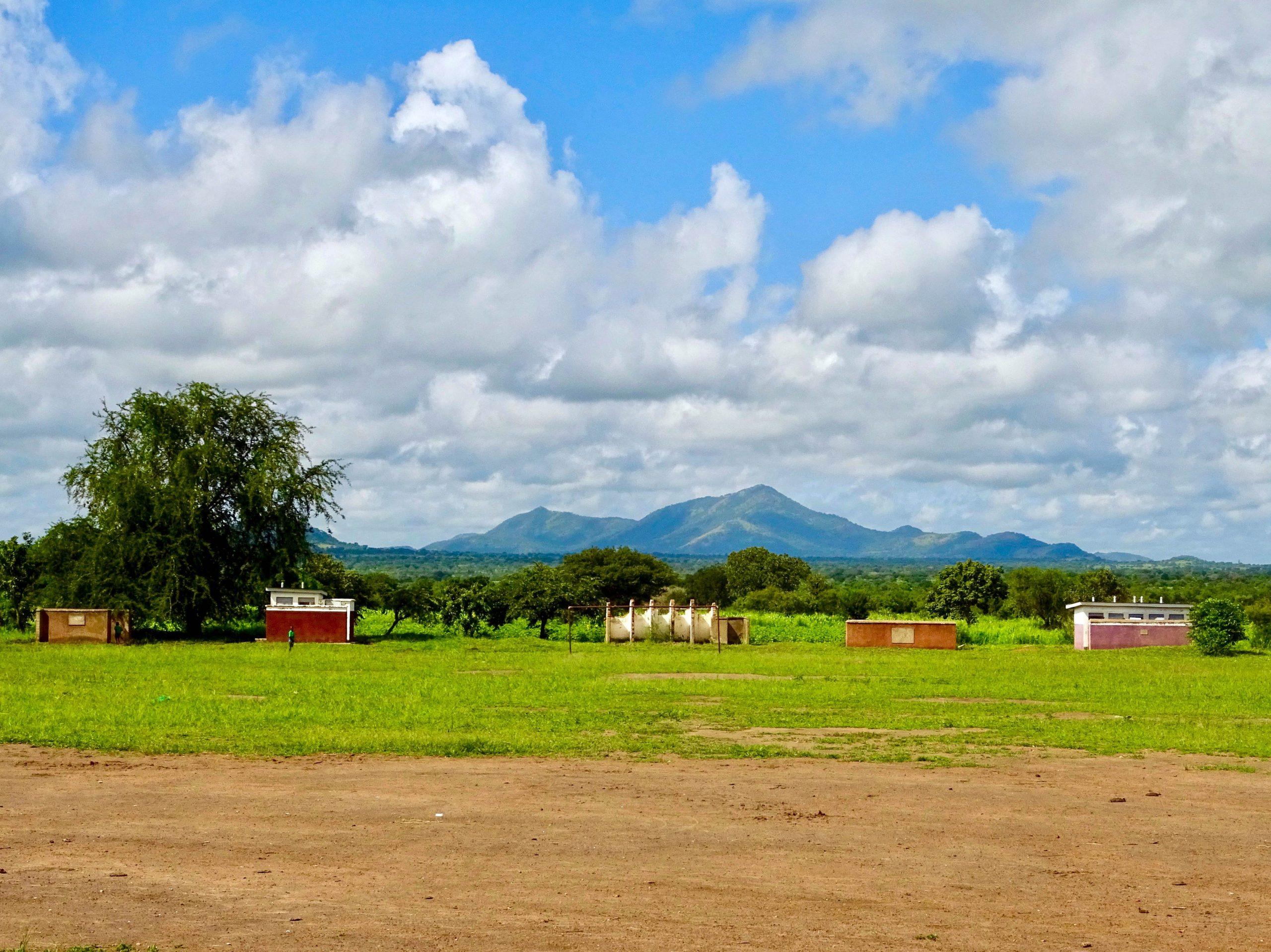 De contouren van het Morungole gebergte op ruim 140 km verwijderd in het zuidelijk deel van Kidepo