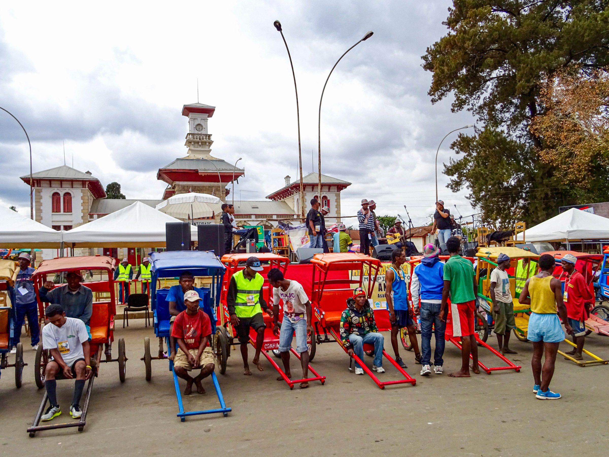 Deelnemers aan de pousse pousse wedstrijd in Antsirabe
