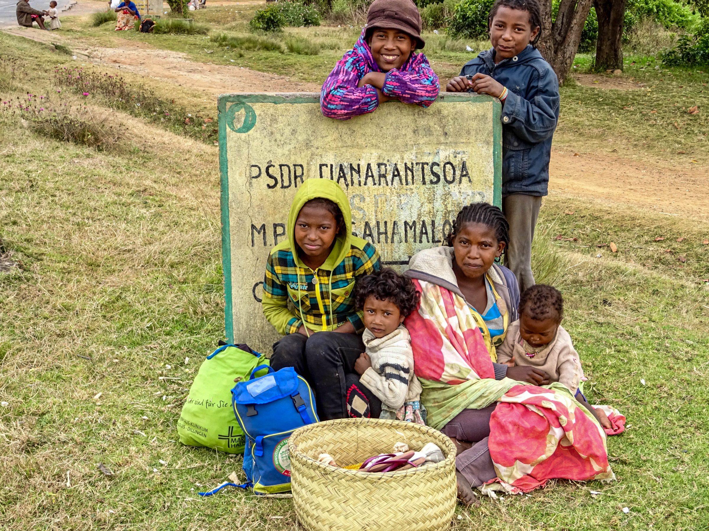 Een familie wacht op een taxi-brousse in Manandoana