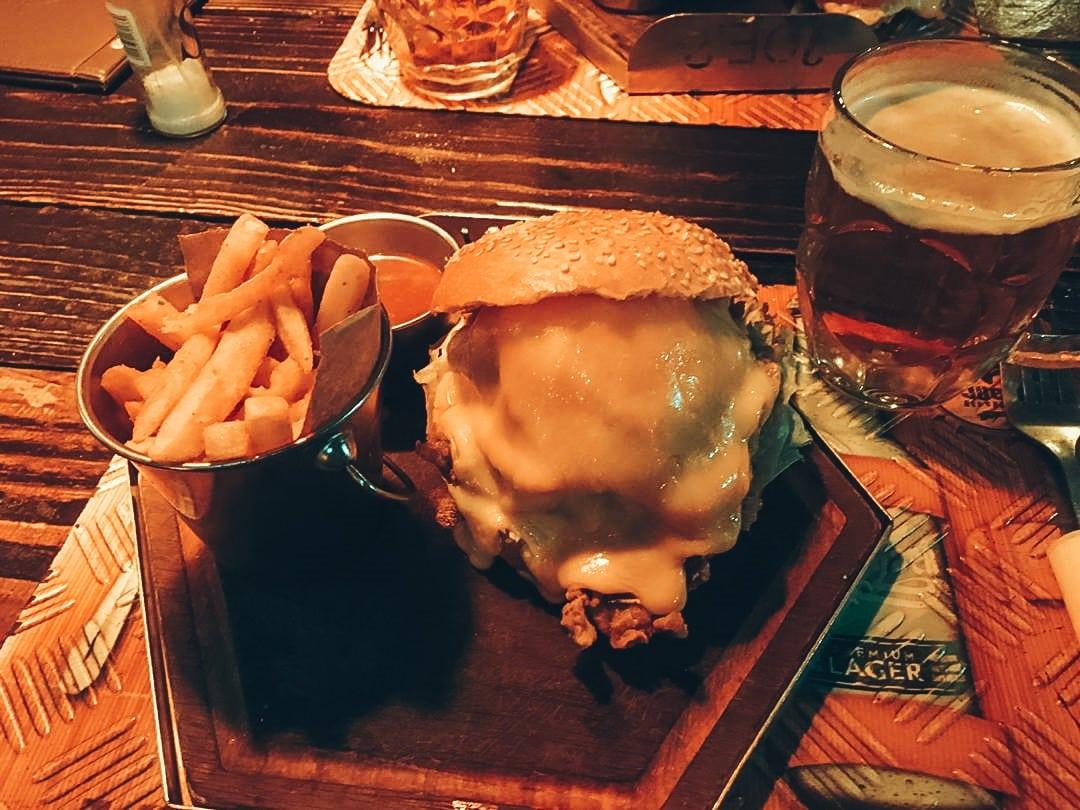 Eten bij Joe´s Beerhouse met halve liter Windhoek Lager