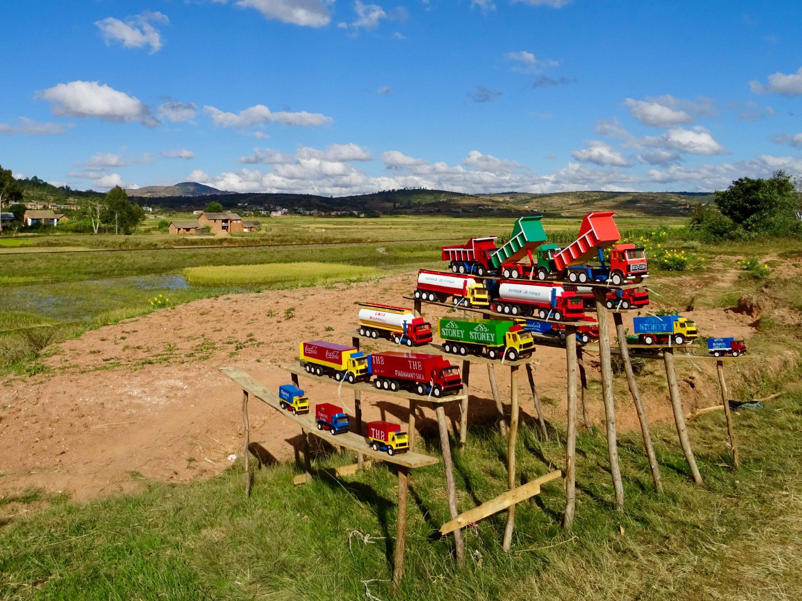 Houten miniatuurversies van de weggebruikers nabij Antanifotsy