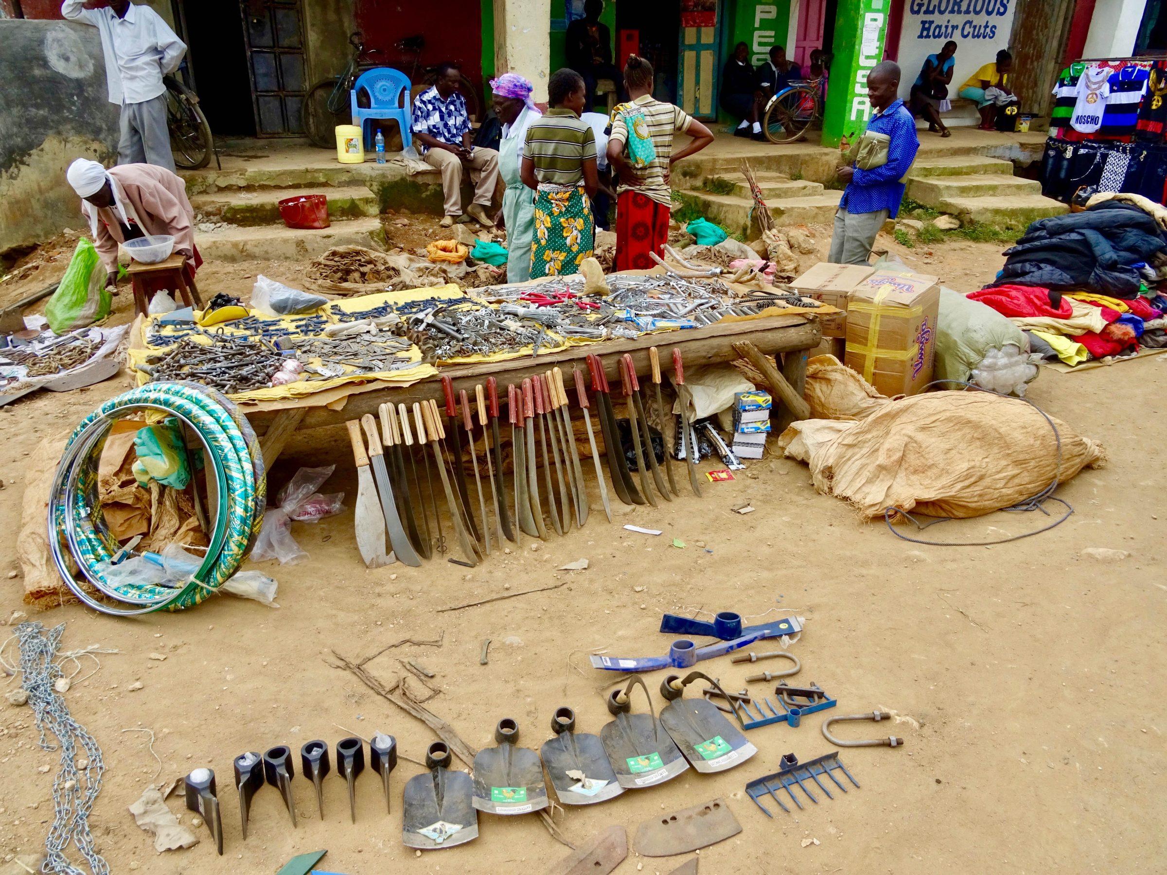 Allerlei gereedschap te koop op de markt in Lubao