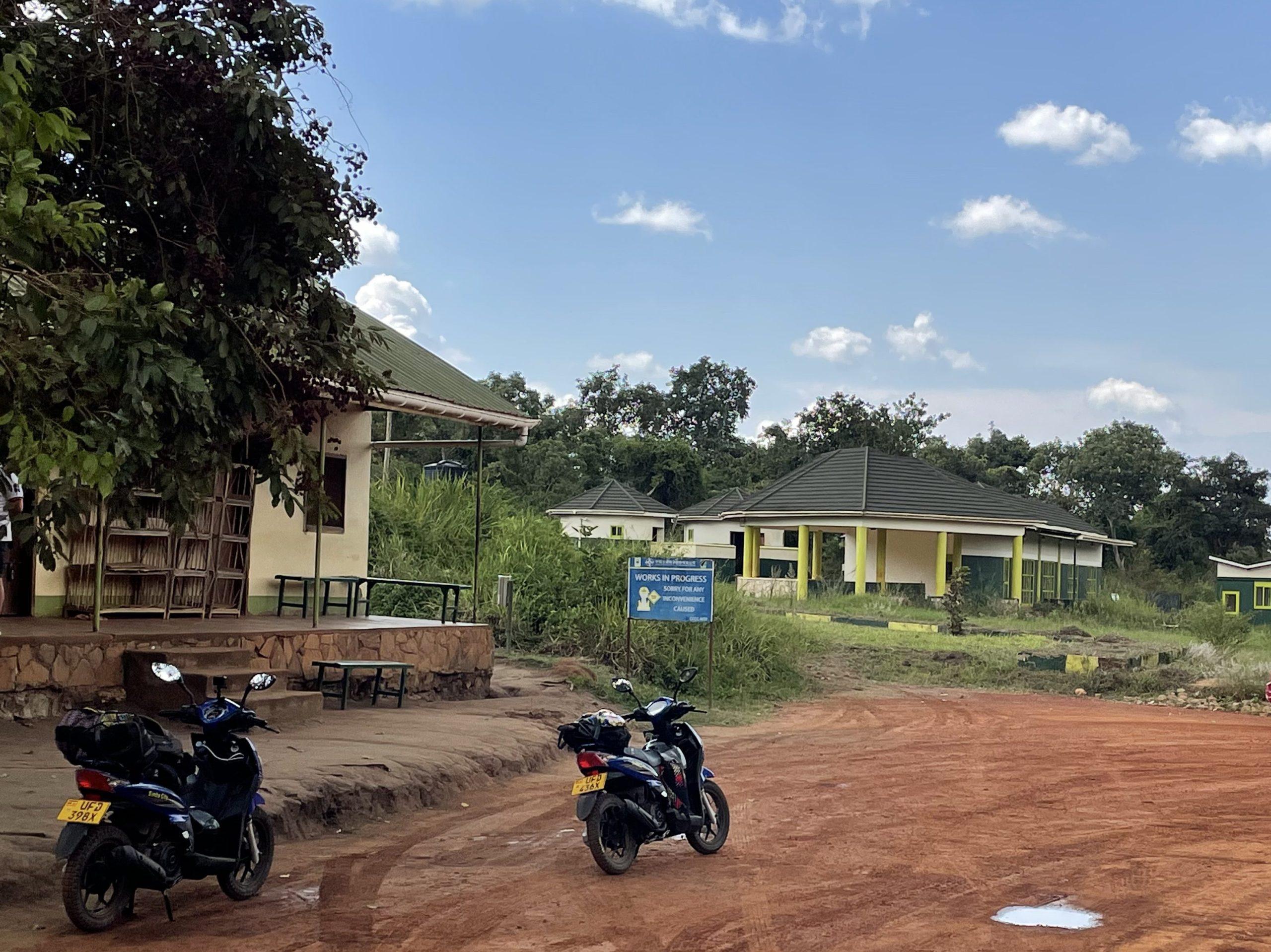 Onze scooters bij de entree van Murchison Falls NP