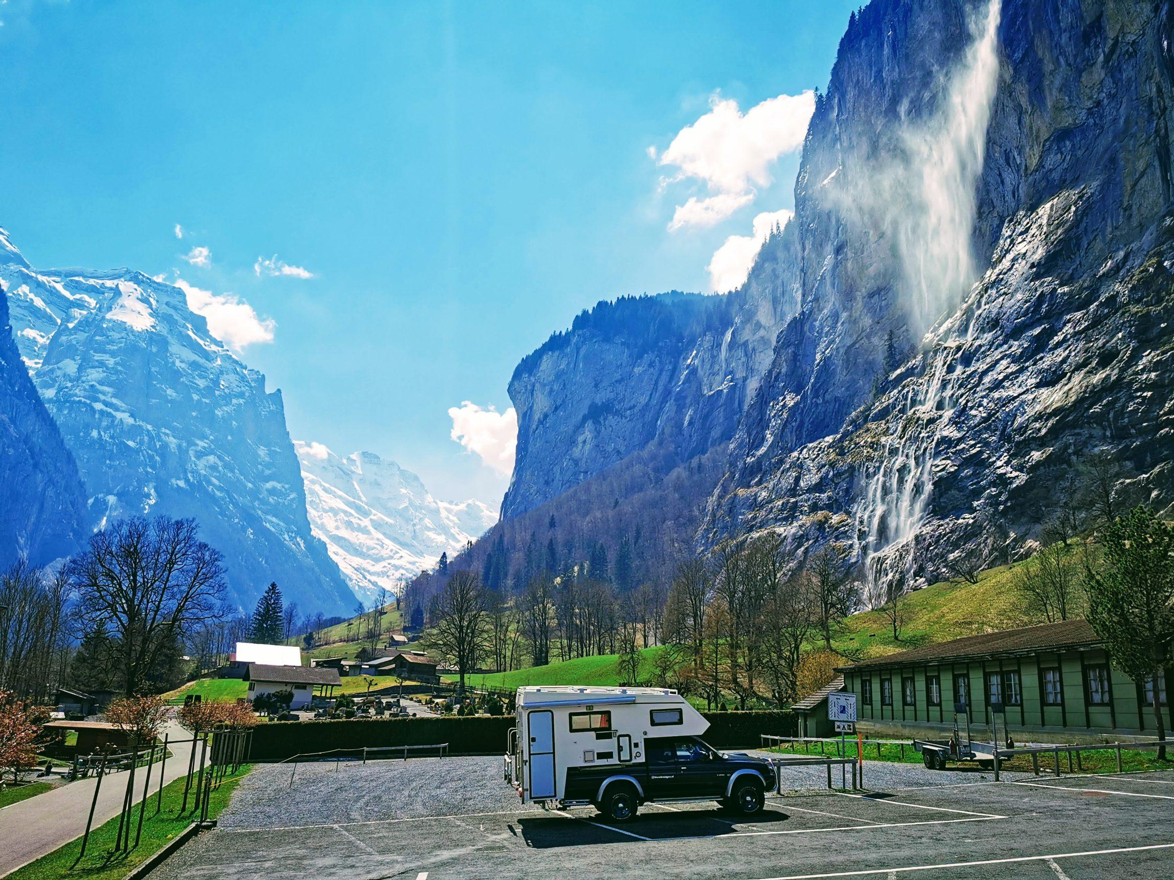 De wereldreizigers.nl 4x4 camper op de parkeerplaats met daarachter de Staubbach waterval