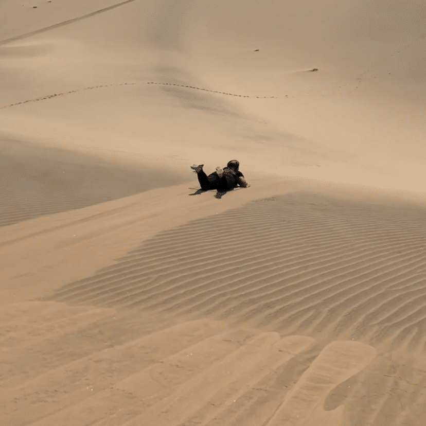 Liggend sandboarden in Swakopmund