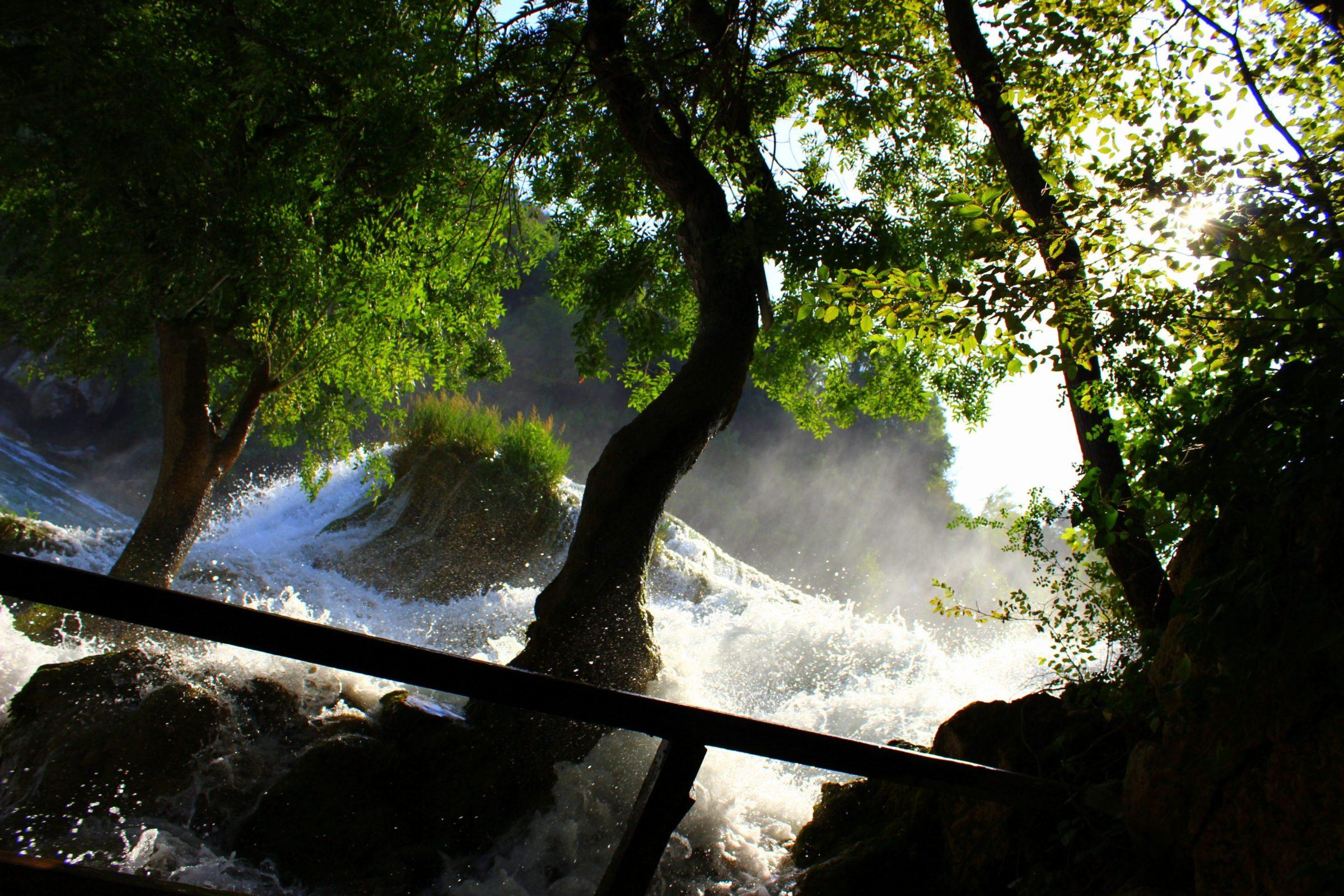 Je wandelt zo langs diverse bulderende watervallen