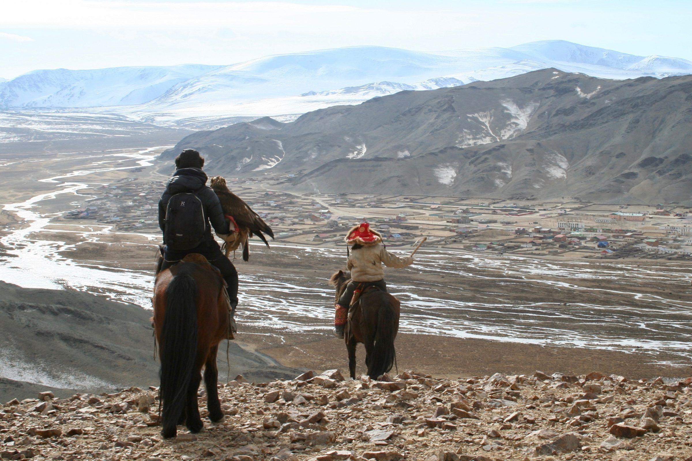 Tamar (links) met haar eigen adelaar in Mongolië