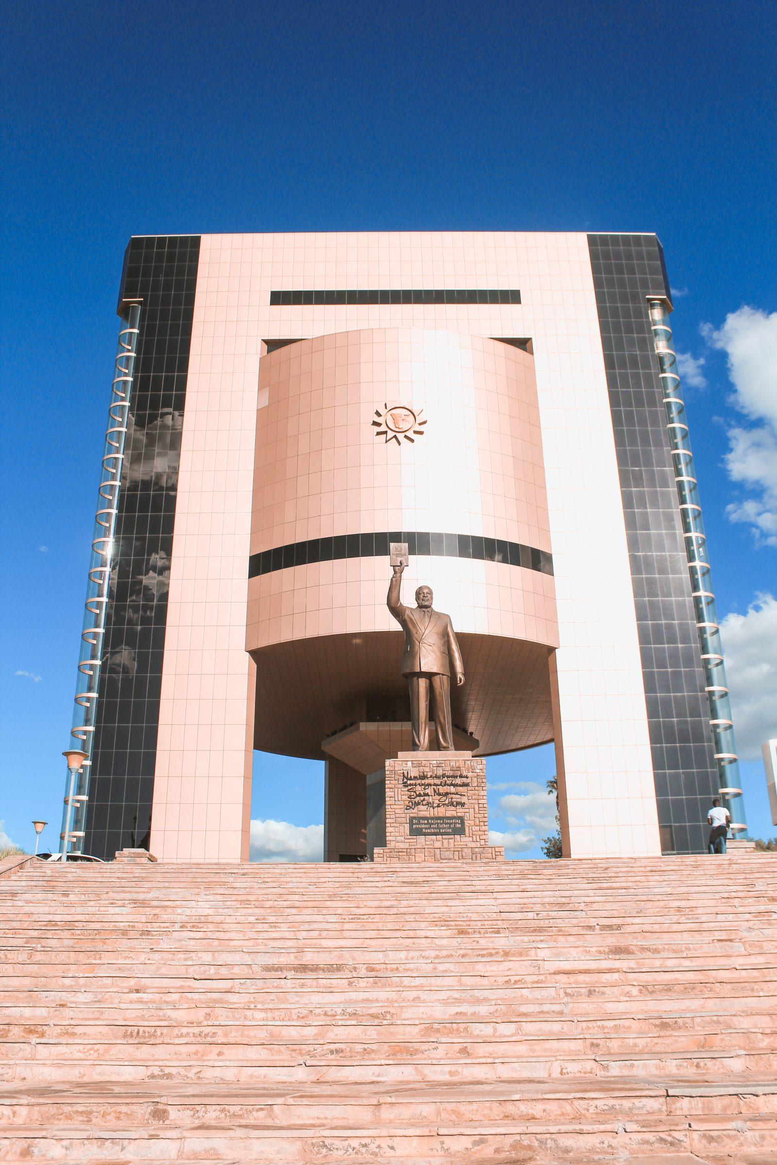 Independence Memorial Museum met op de voorgrond Sam Nujoma
