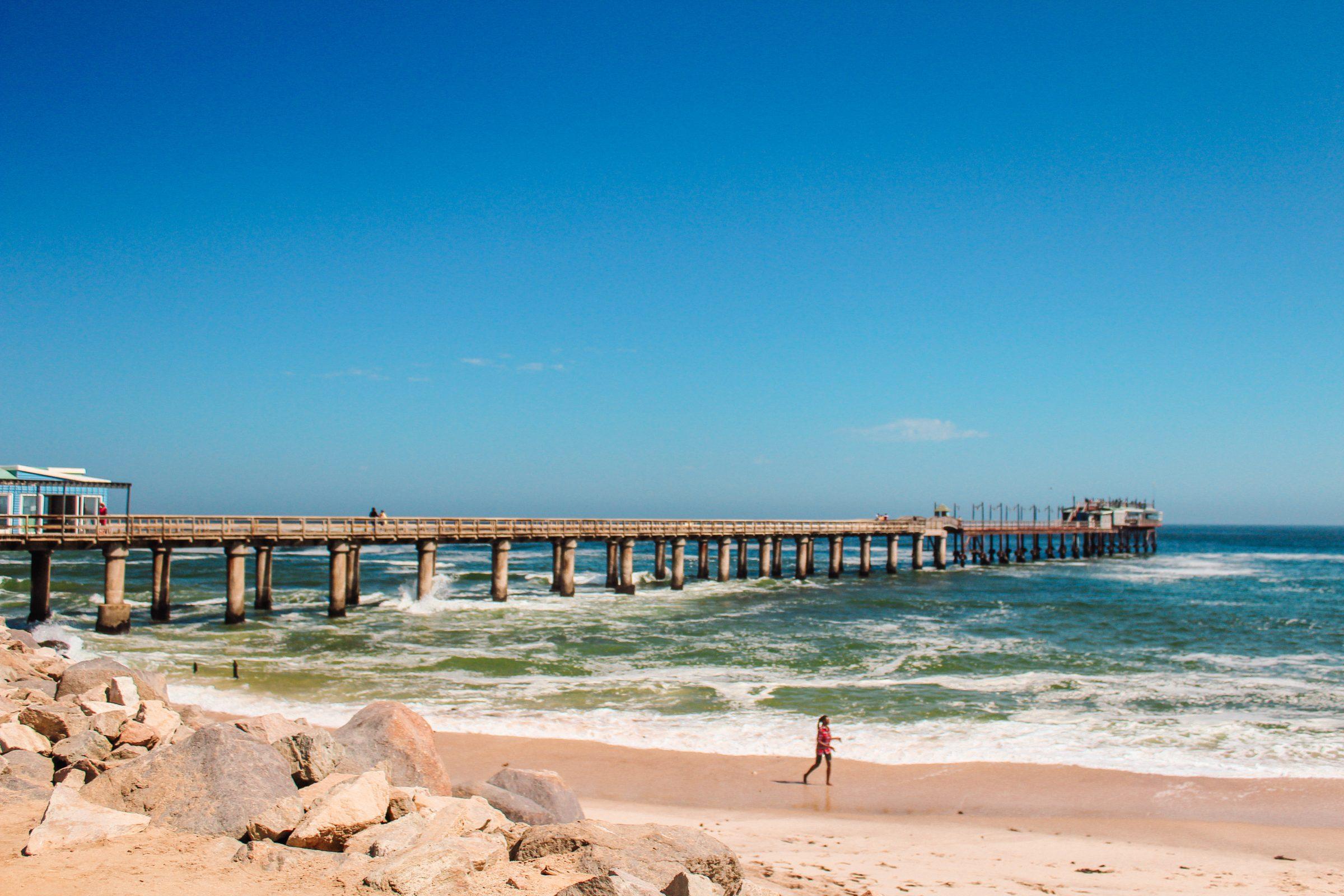 De bekende pier van Swakopmund aan de Atlantische Oceaan