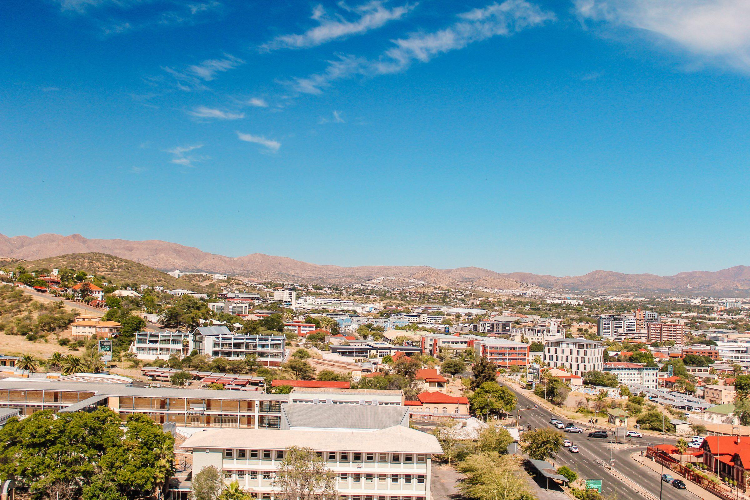 Uitzicht vanuit rooftopbar op het zuiden van Windhoek