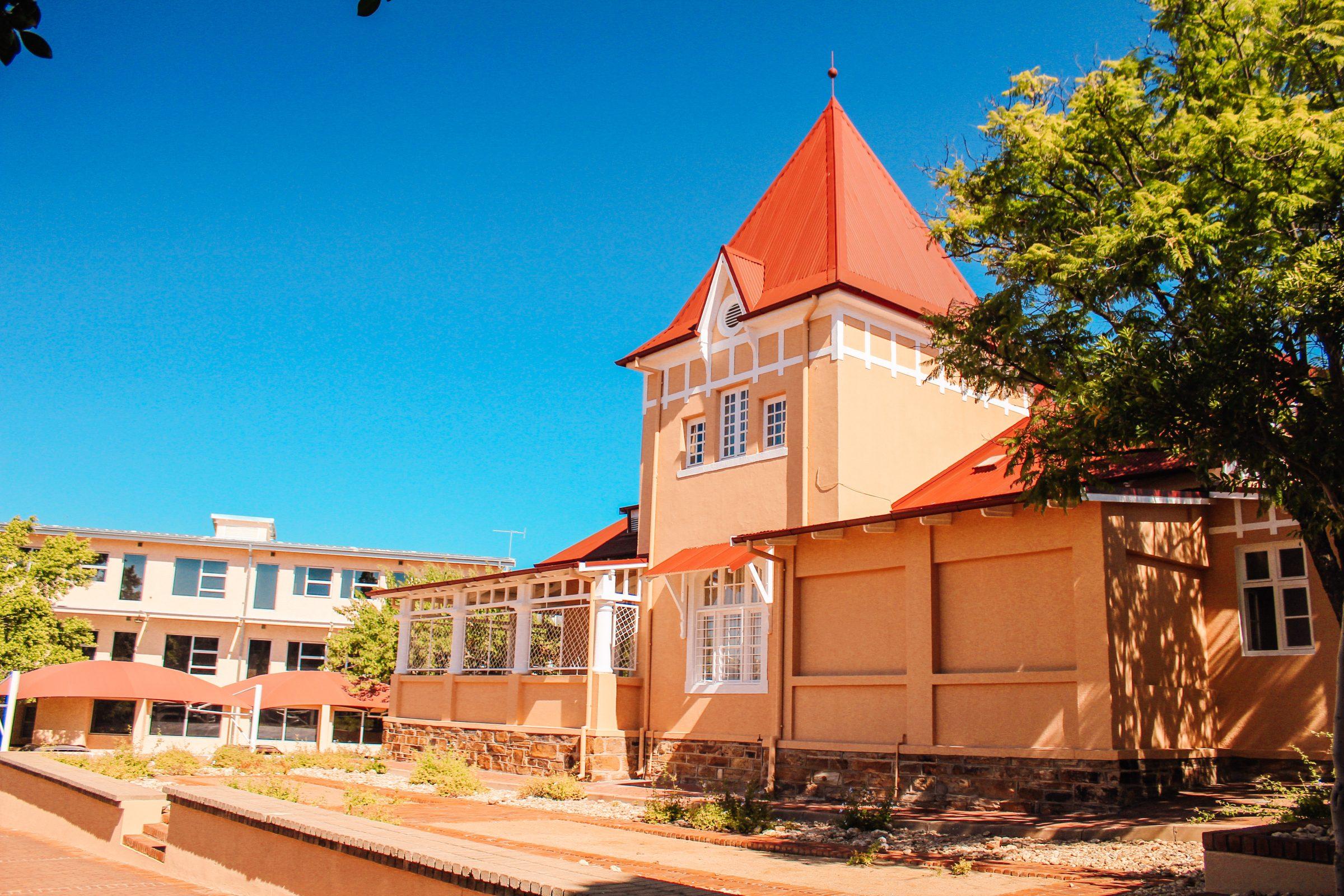 Studeren in Namibië: het oude deel van de campus NUST dat ooit begon als ziekenhuis en nu dient als collegezaal