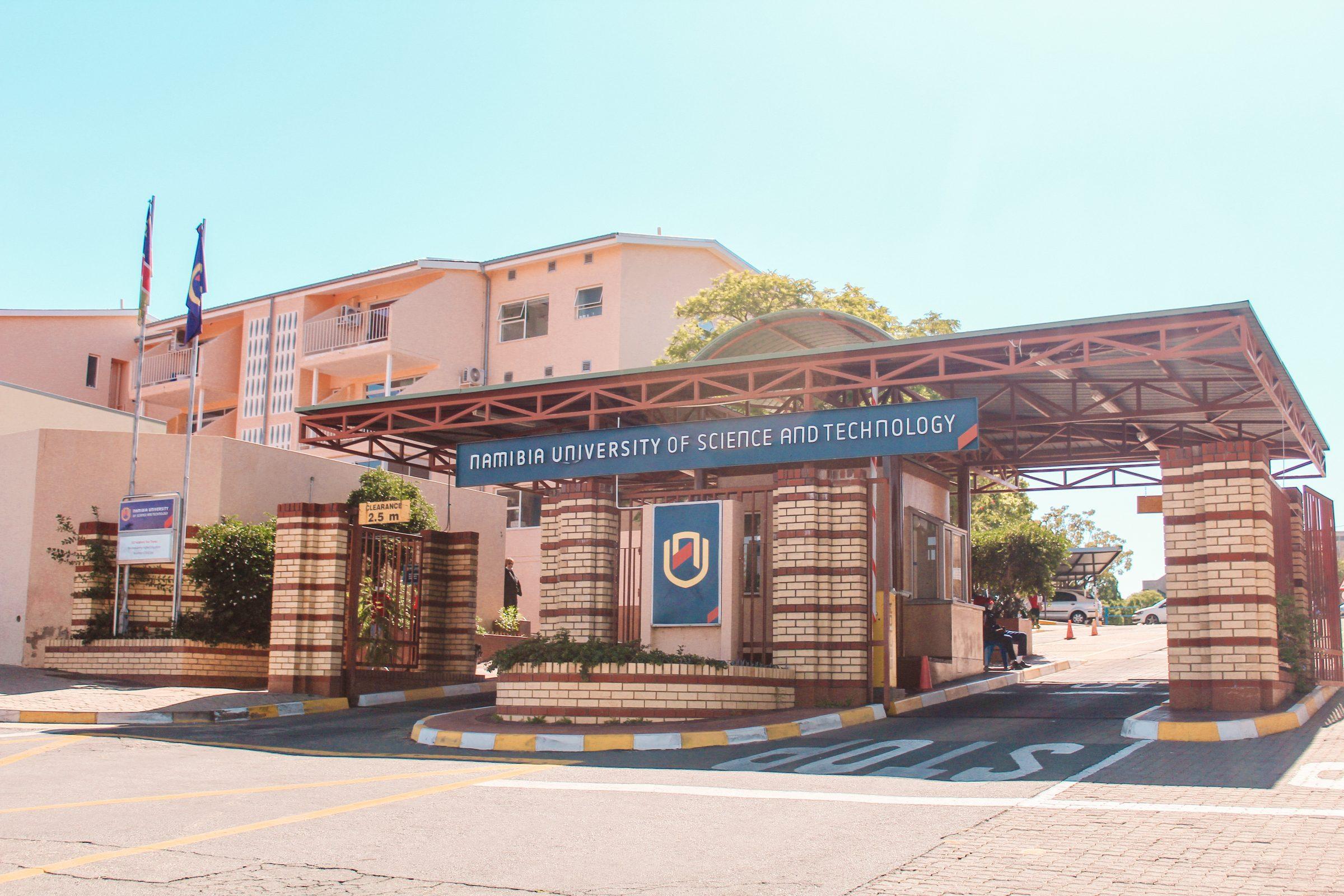De hoofdingang van de Namibia University of Science and Technology