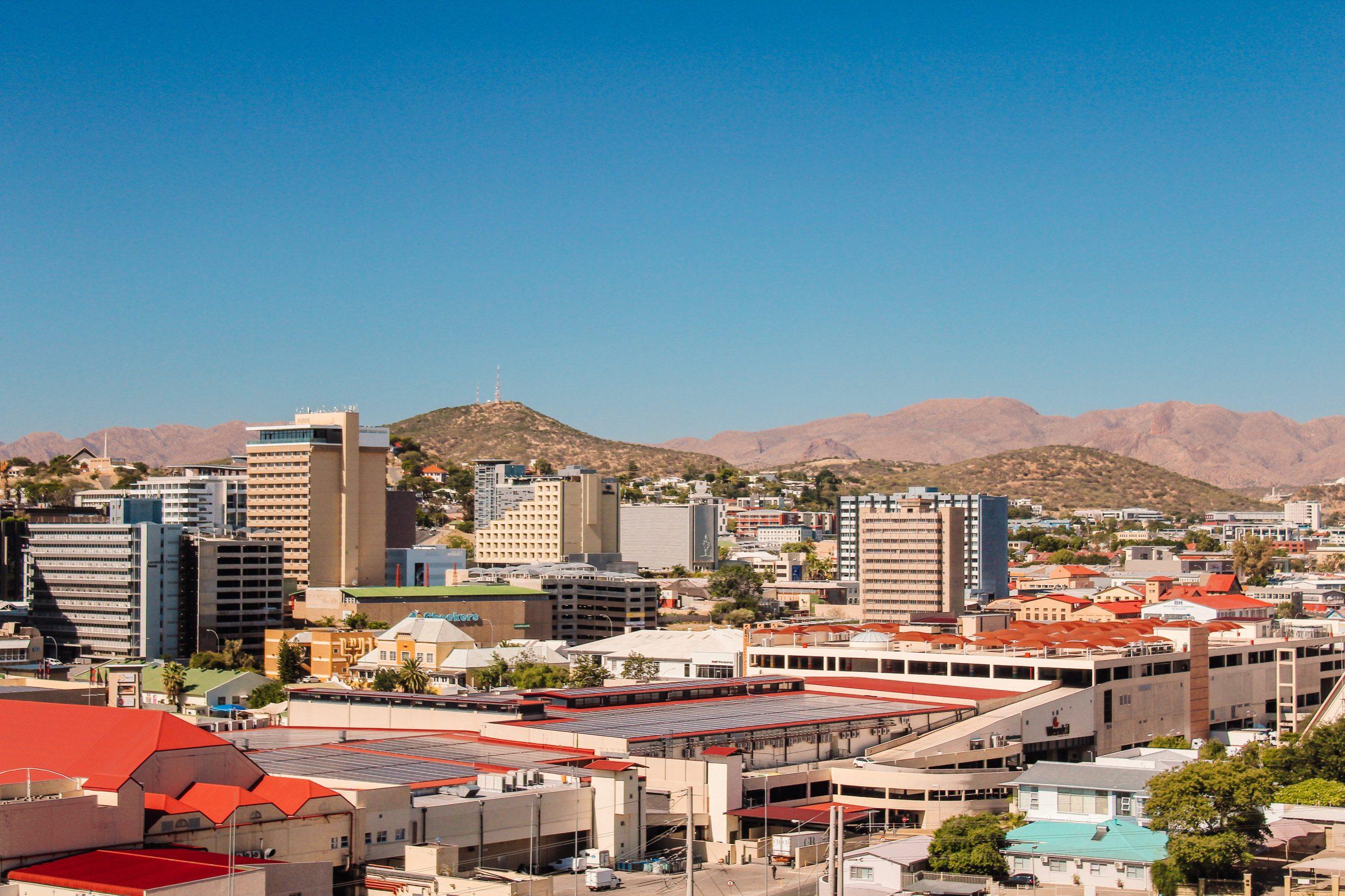 Skyline van de stad Windhoek met op de achtergrond de bergen waartussen de stad ligt.