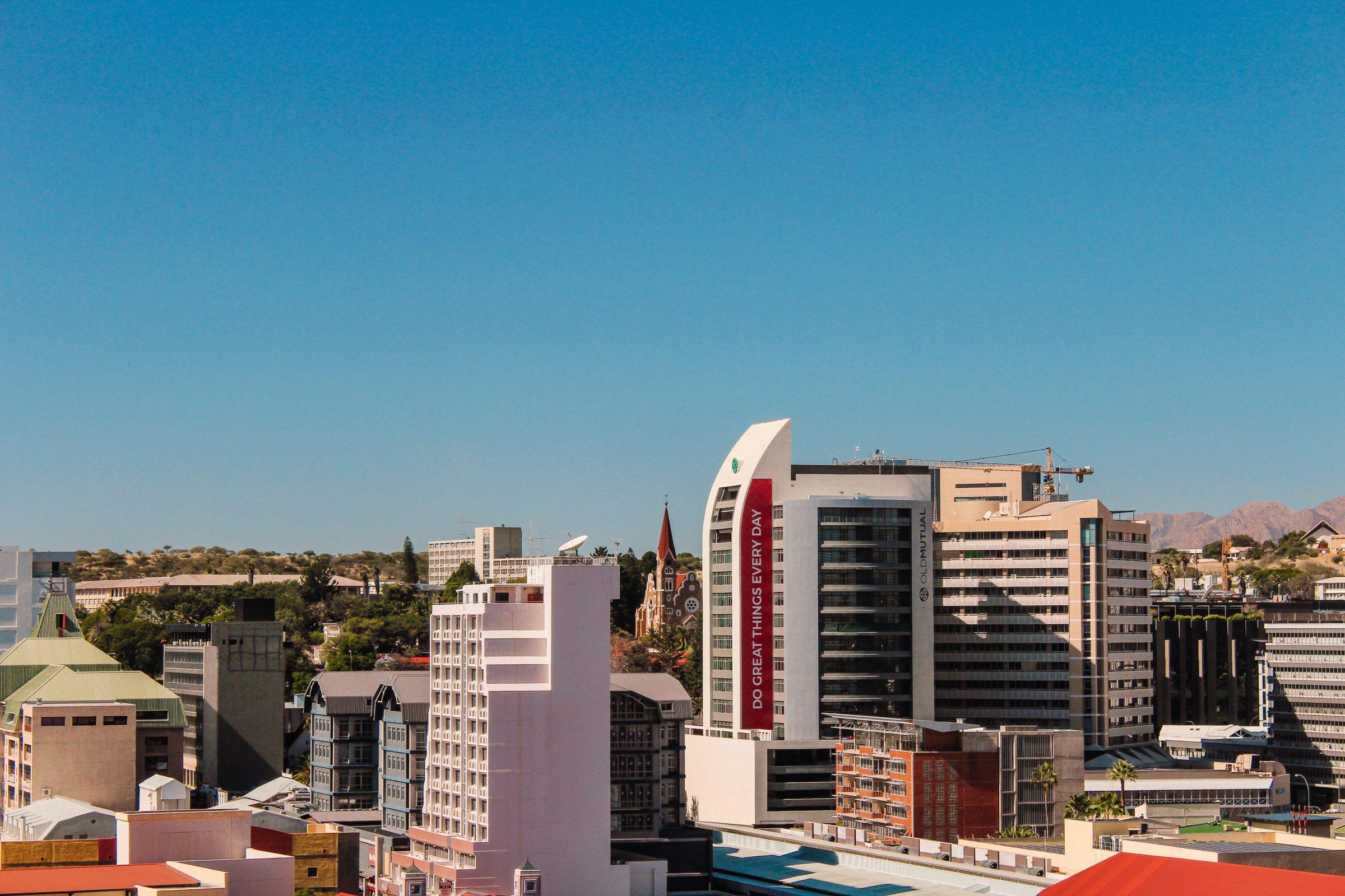Uitzicht vanaf de parkeerplaats van de Universiteit op de skyline van Windhoek