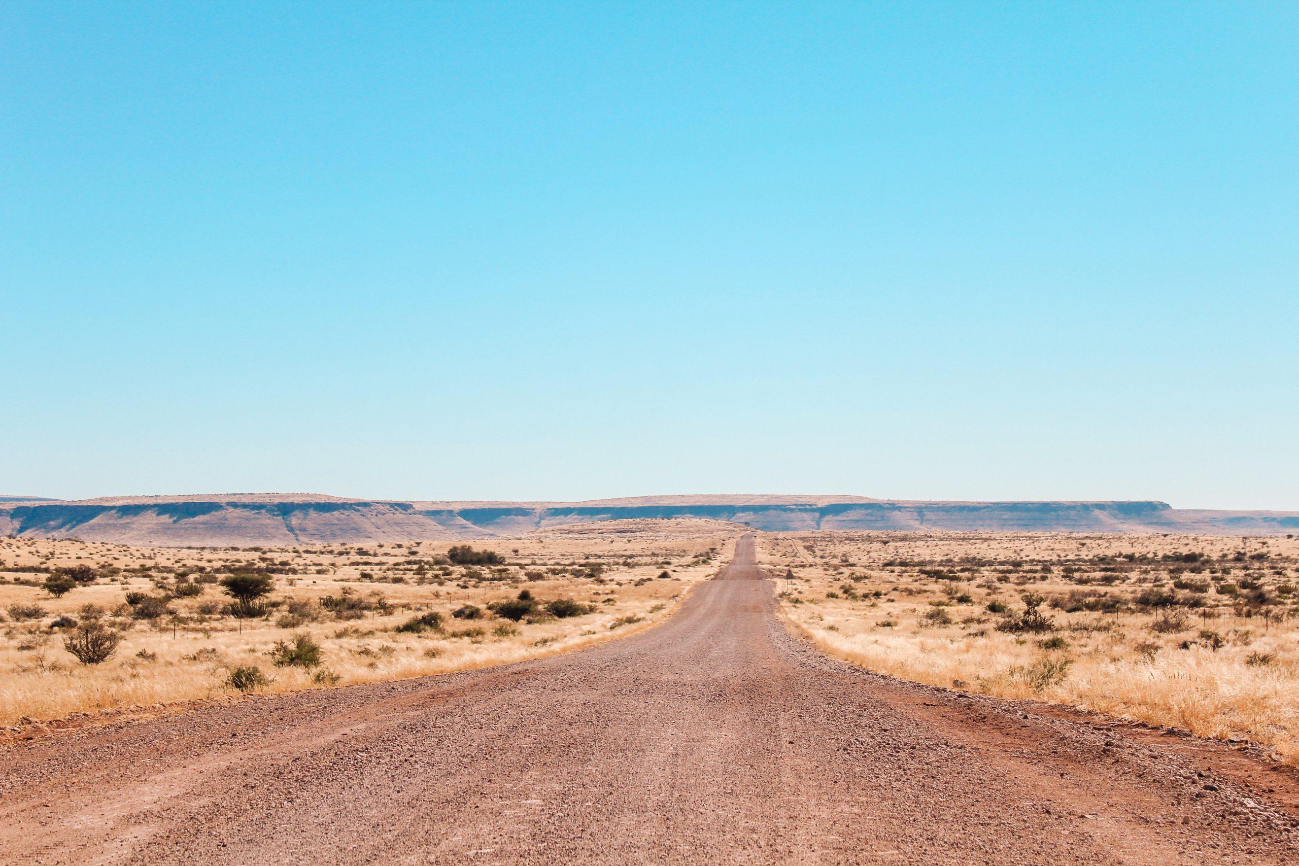 Een gravelweg in Namibië