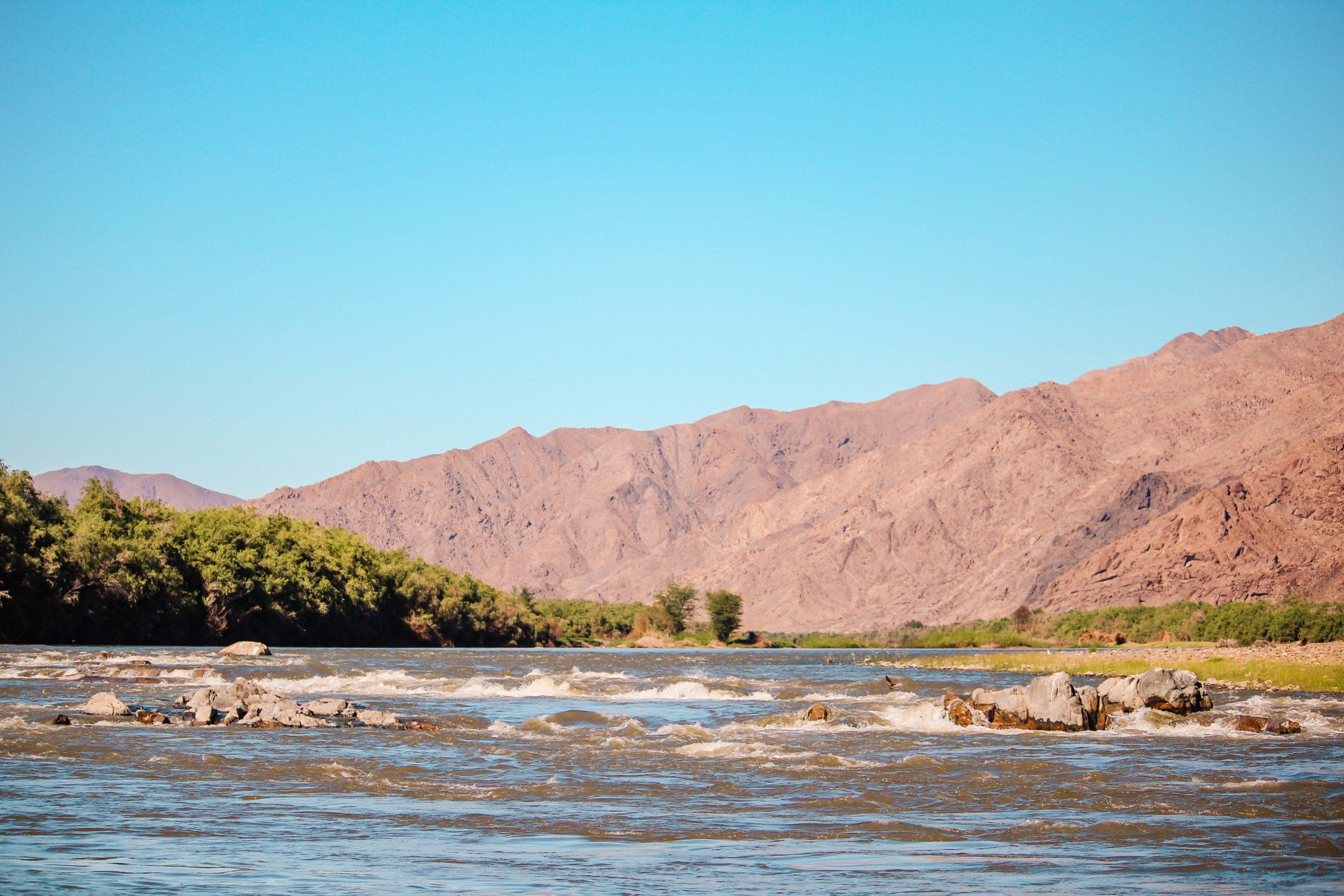 De oranje rivier met aan de overkant Zuid-Afrika