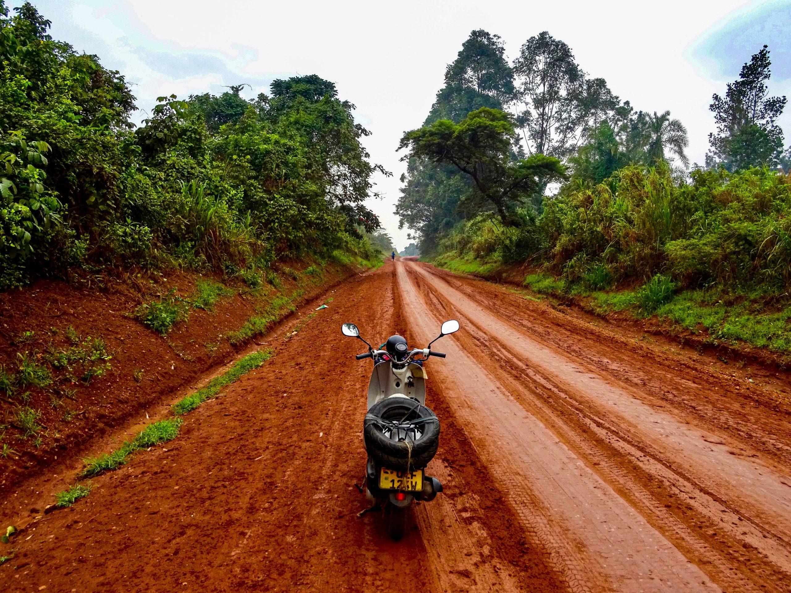 De scooter op de rode glijbaan op 90 km van Hoima