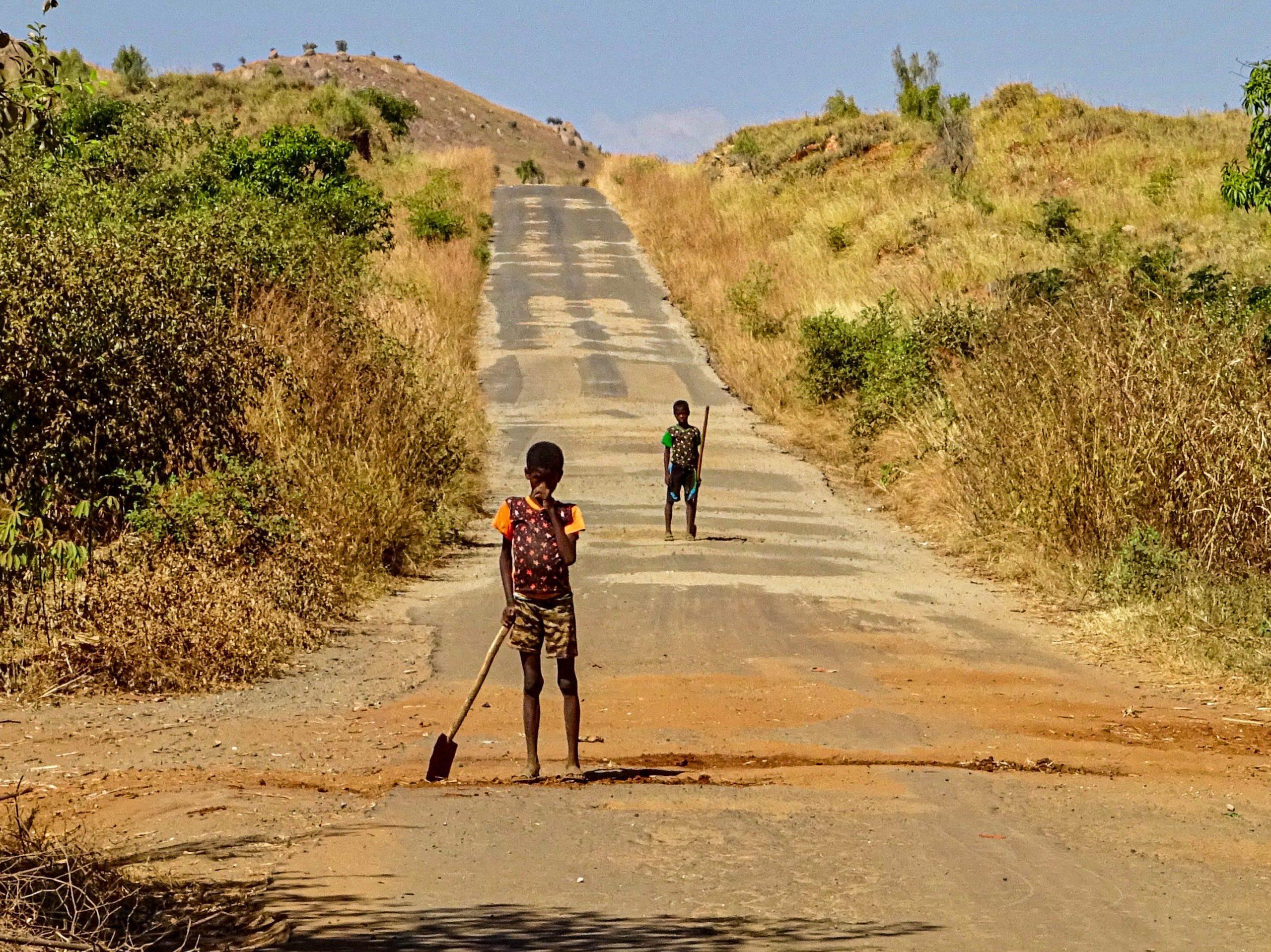 Kinderen verdienen wat bij op de RN34 nabij Miandrivazo