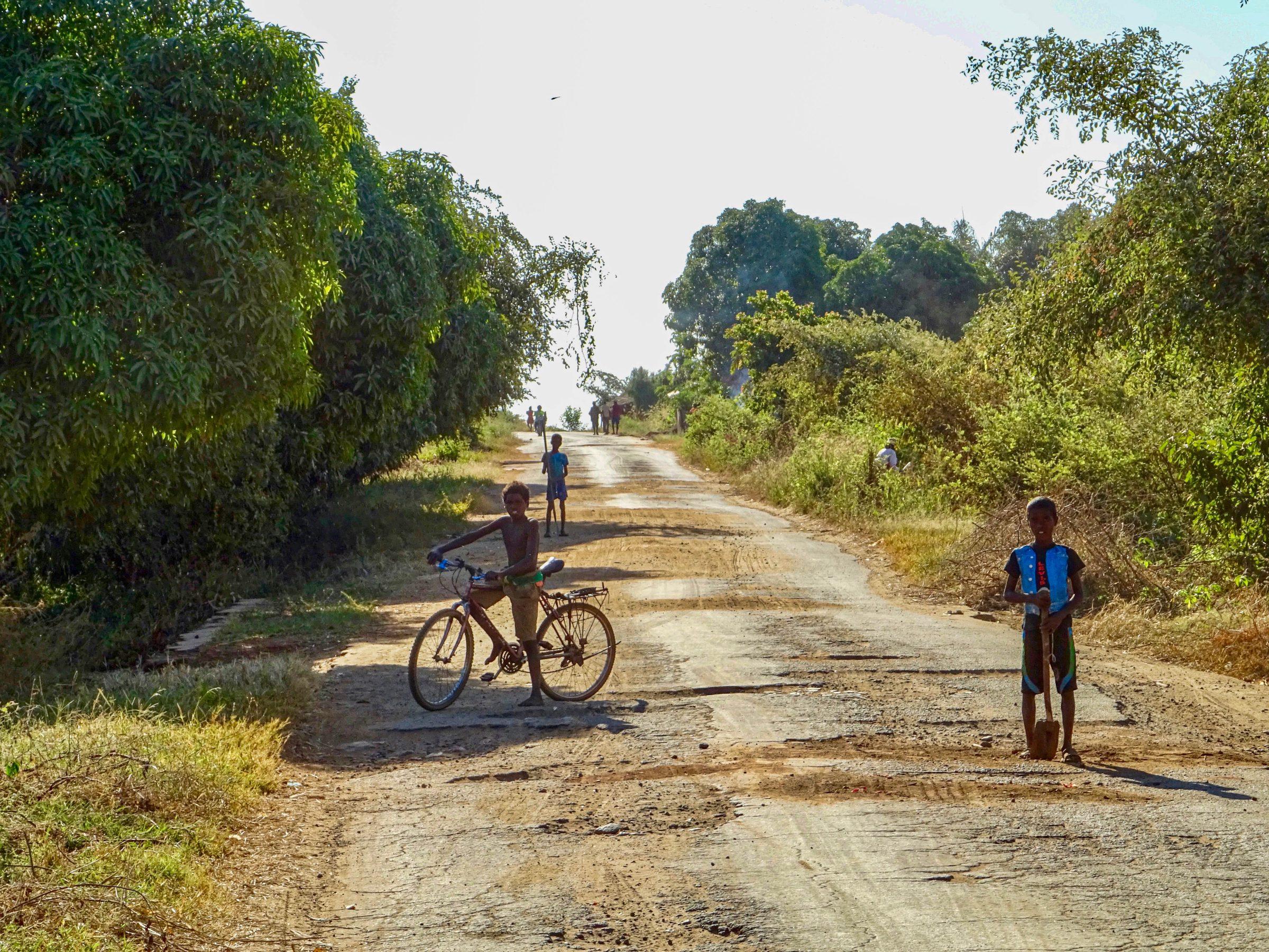 De 'harde' wegwerkers poseren nabij Miandrivazo