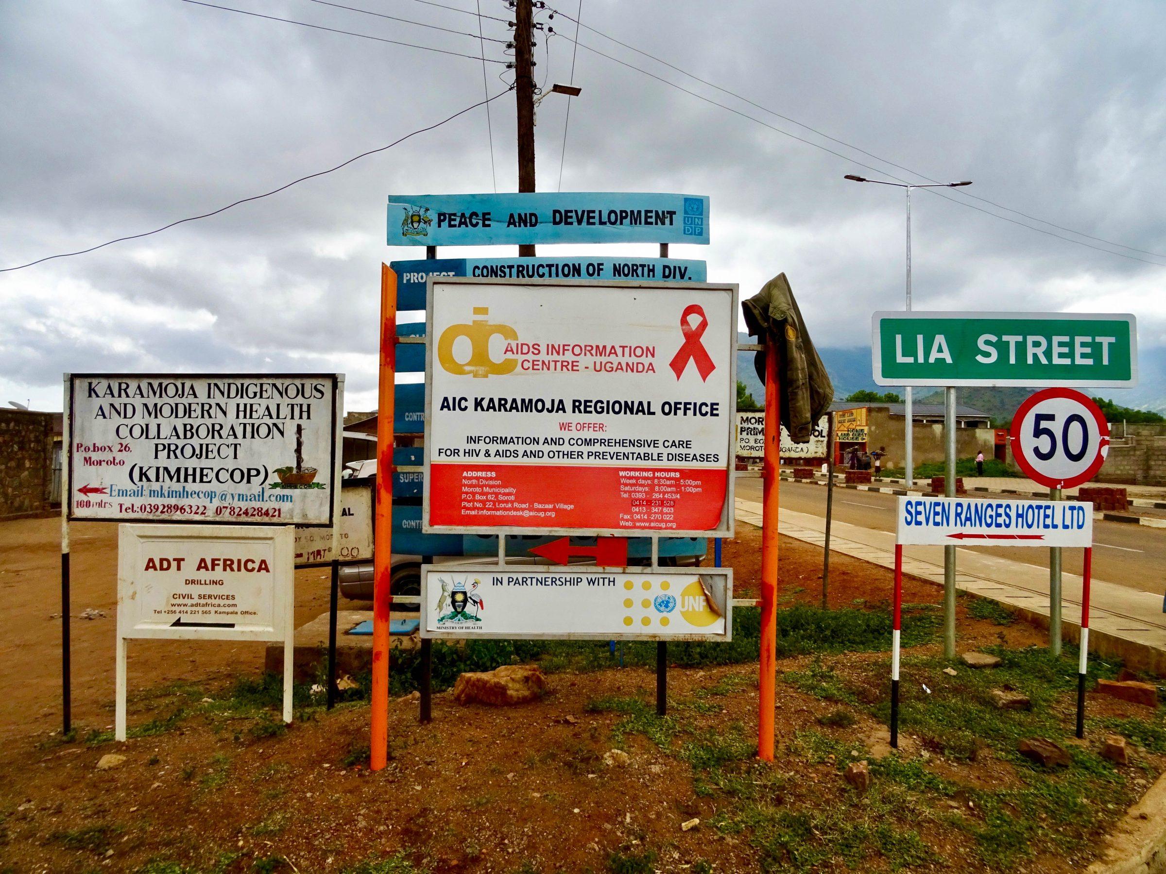 Hulp en ontwikkeling op billboards in Moroto
