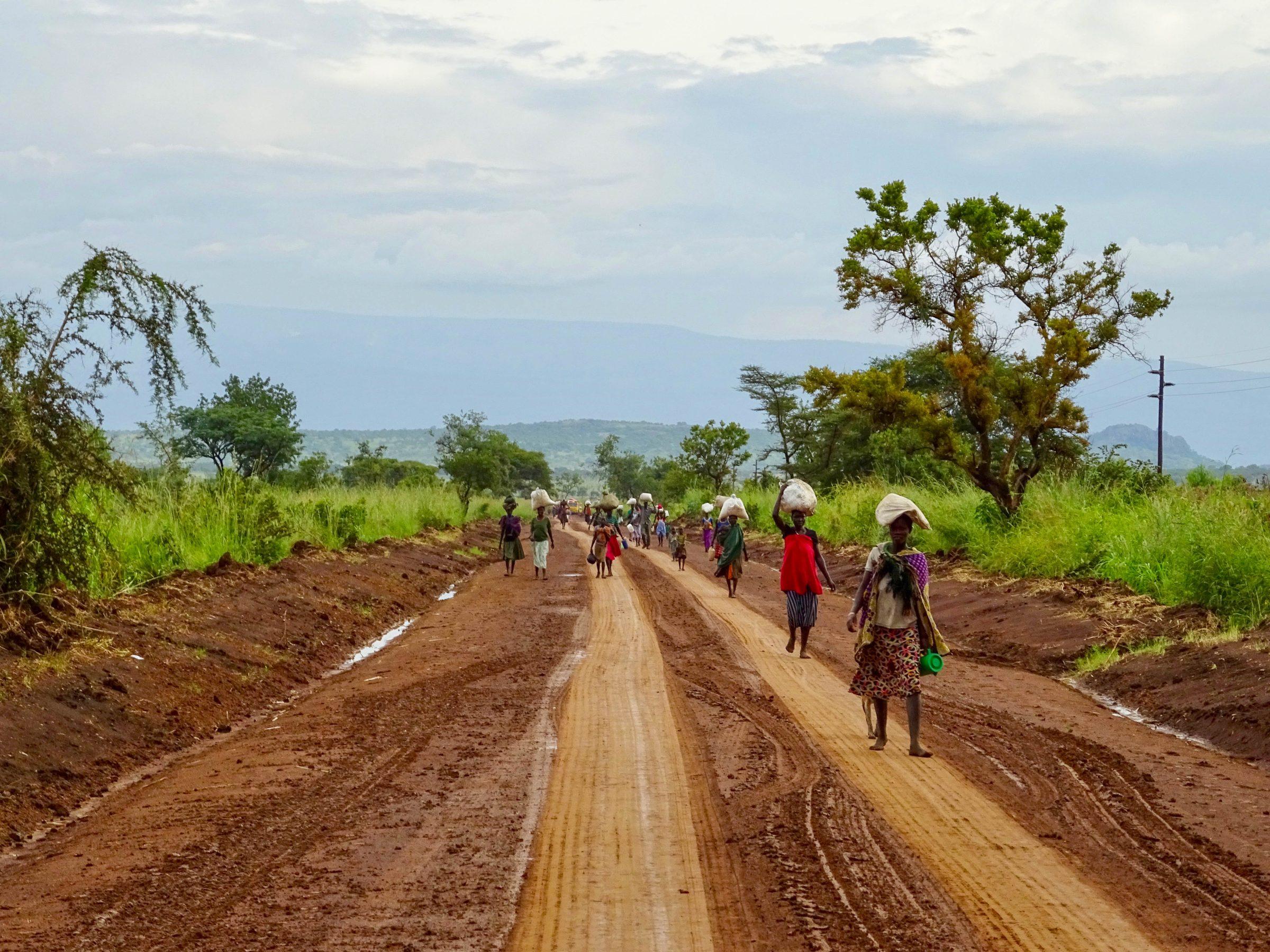 Karamojong vrouwen keren huiswaarts in Pian Upe Wildlife Reserve