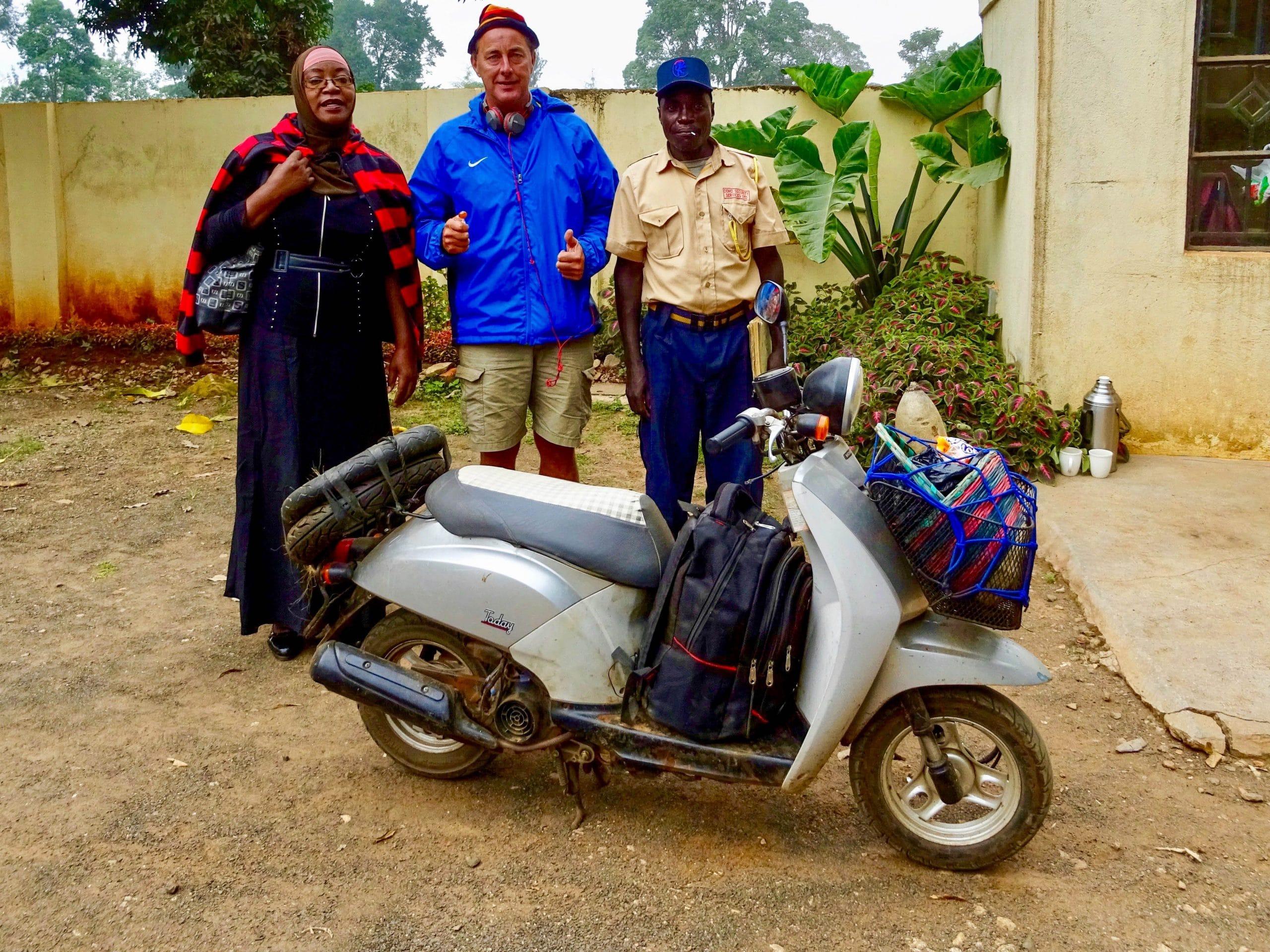 Samen met de eigenares en bewaker van Malava Resort