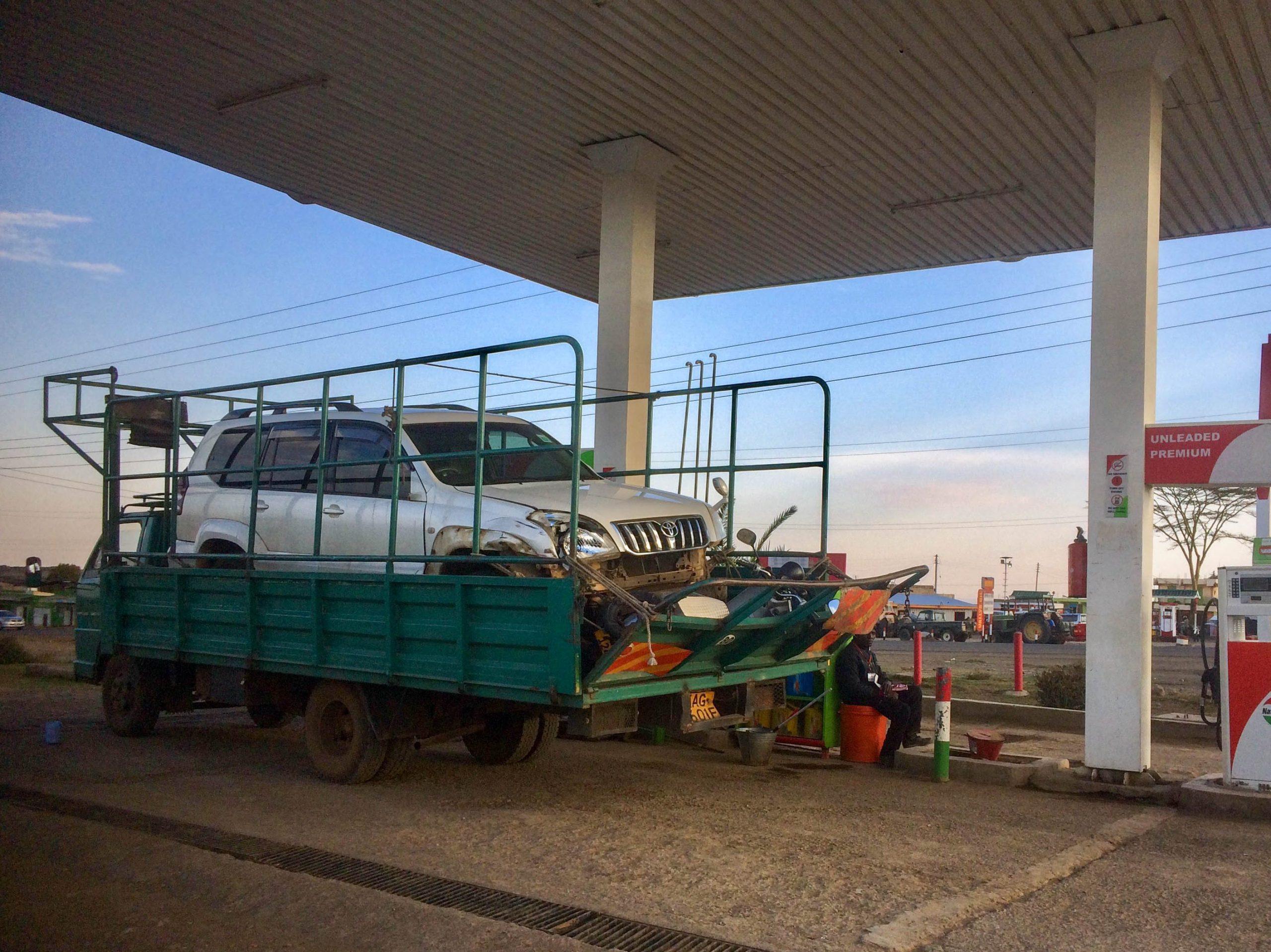 De scooter in de pick-up bij een tankstation nabij Narok