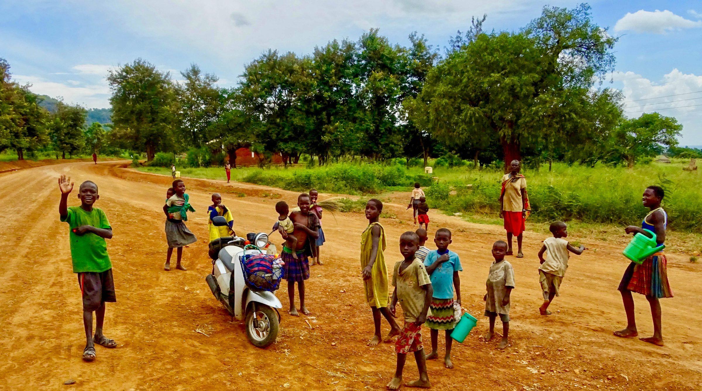 Vrolijke dorpelingen in Nakapiripirit bij mijn scooter
