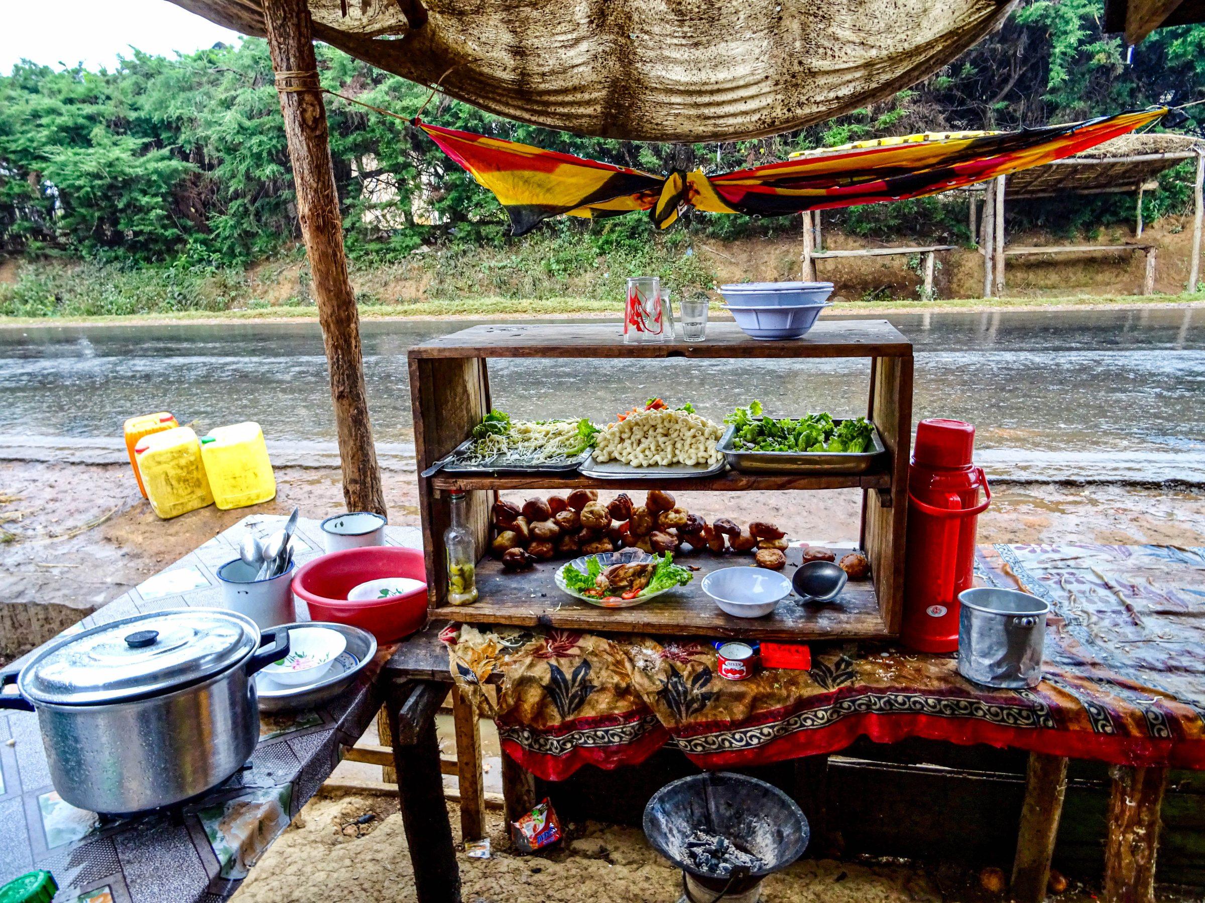 Schuilen voor een hoosbui in een snackbar in Larinoro