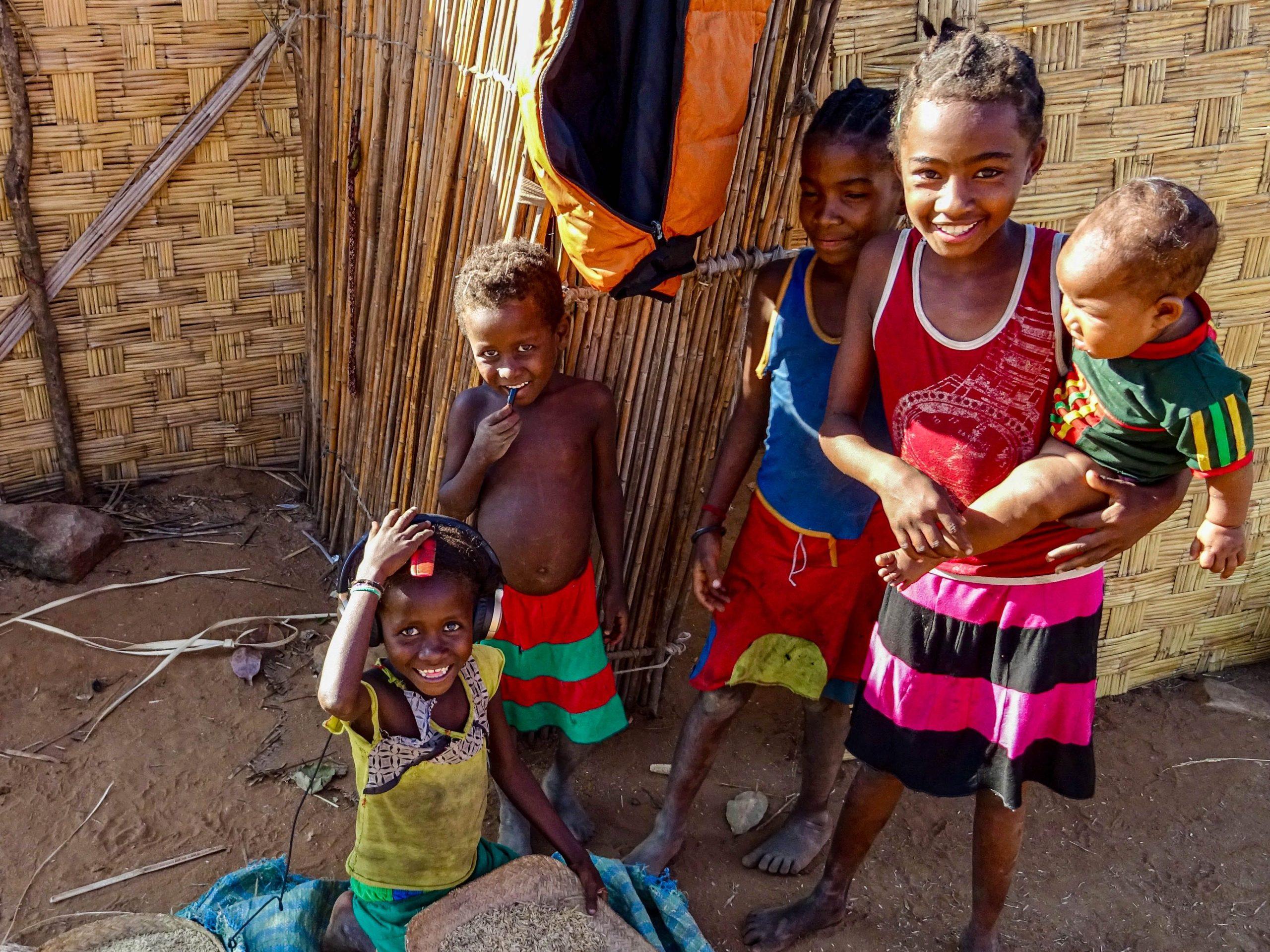 Test hoofdtelefoon door kinderen in Ankilizato