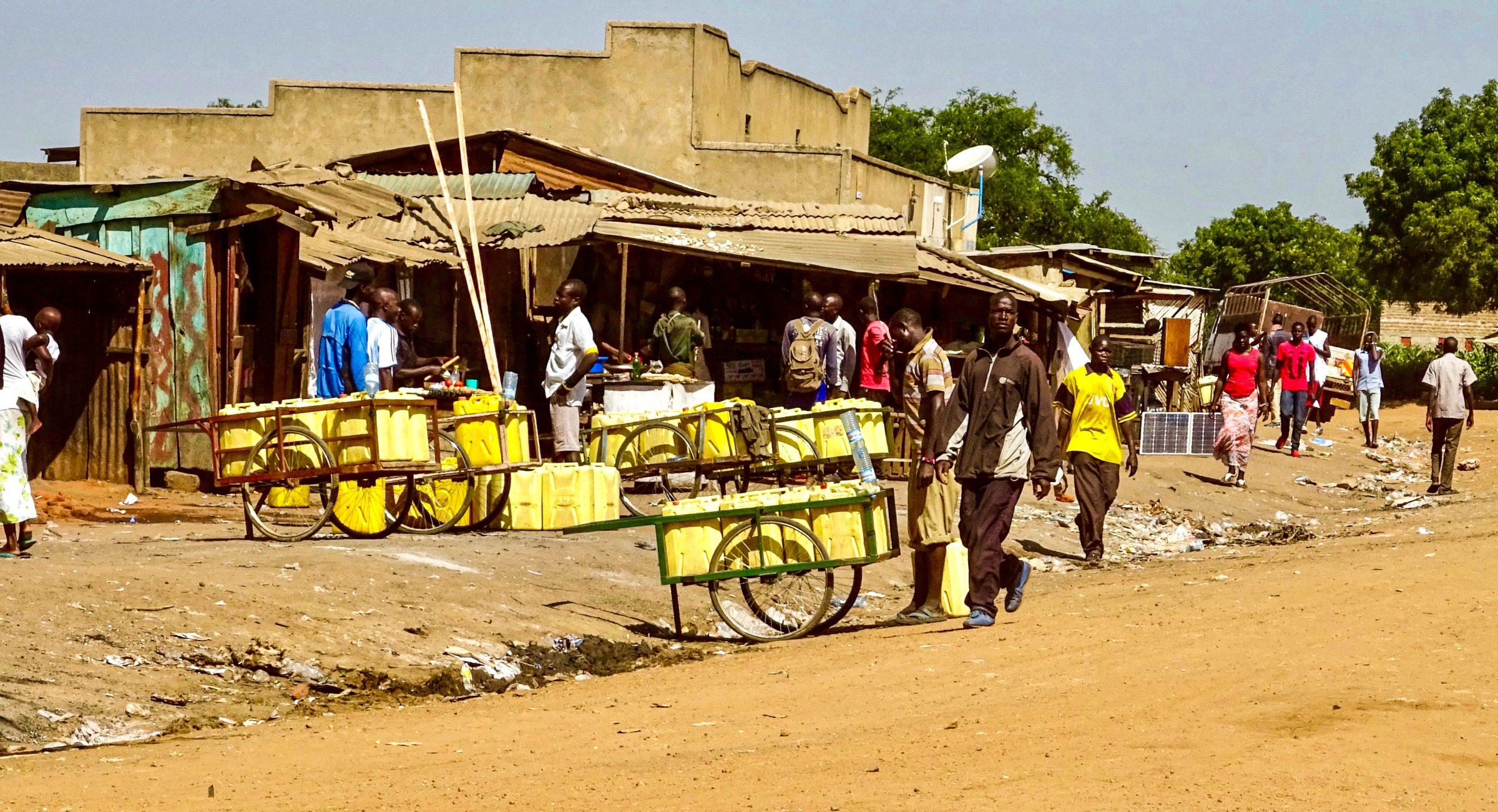Transport van jerrycans met water in Kotido